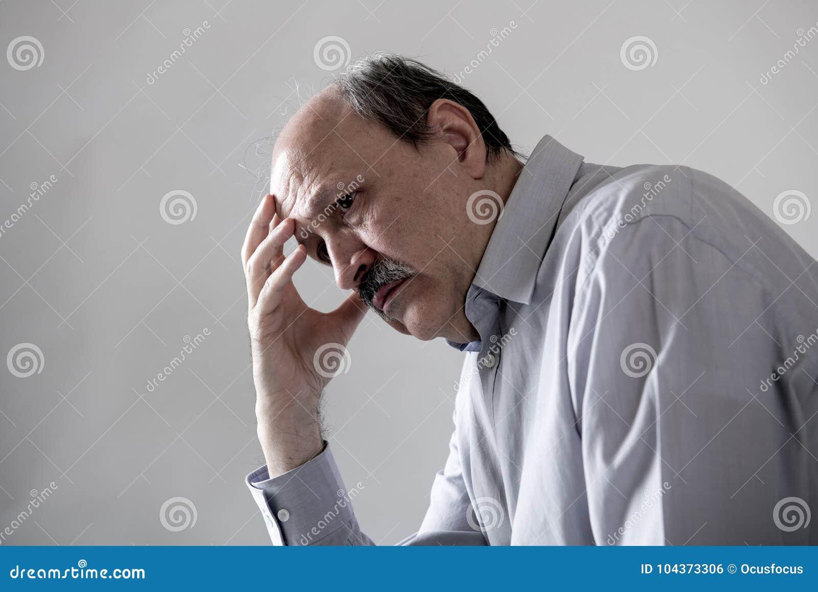 资深成熟老人顶头画象看起来他的60s的哀伤和担心的遭受的痛苦和消沉在悲伤面孔表示