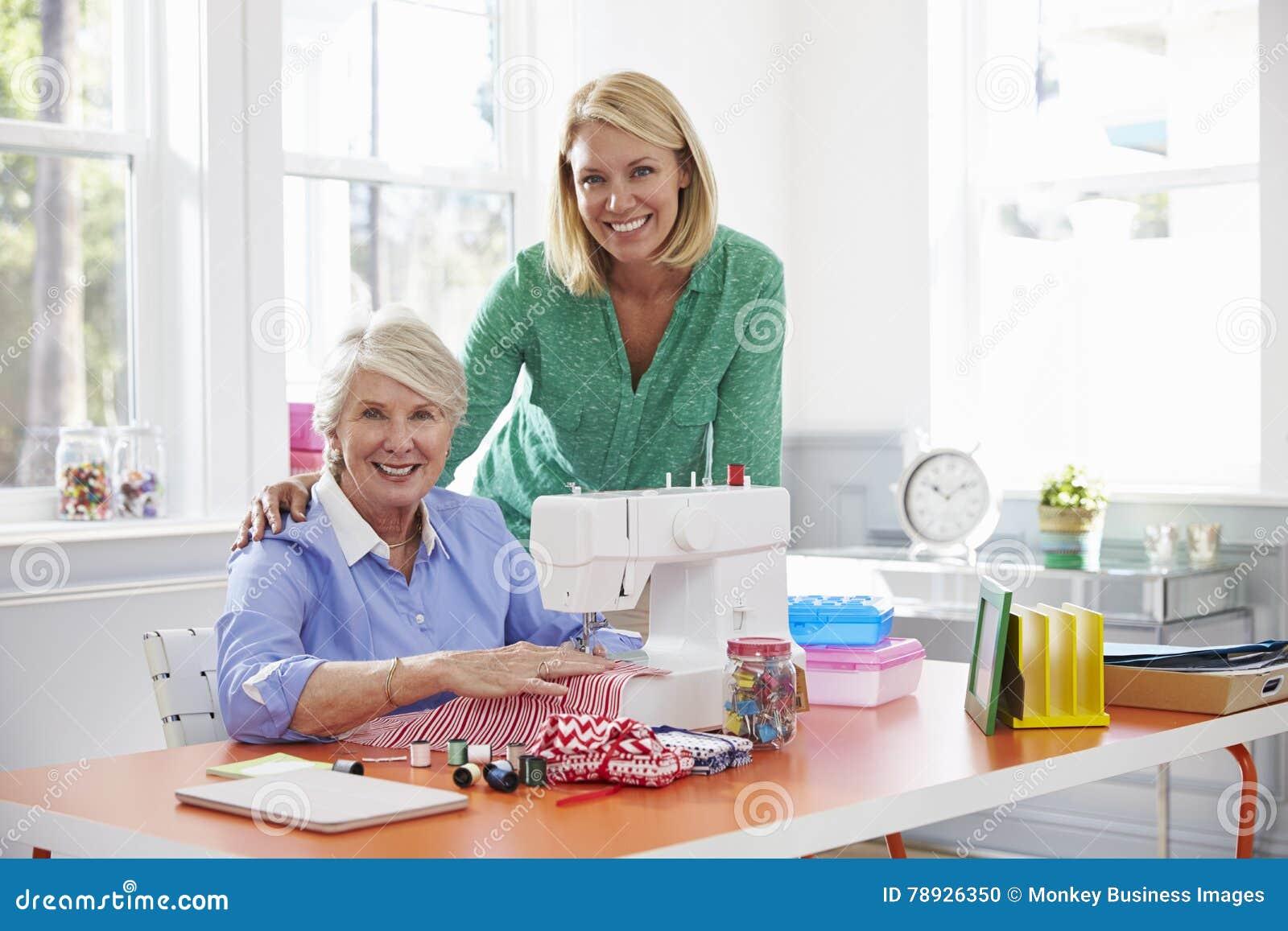 资深母亲和成人女儿用途缝纫机在家