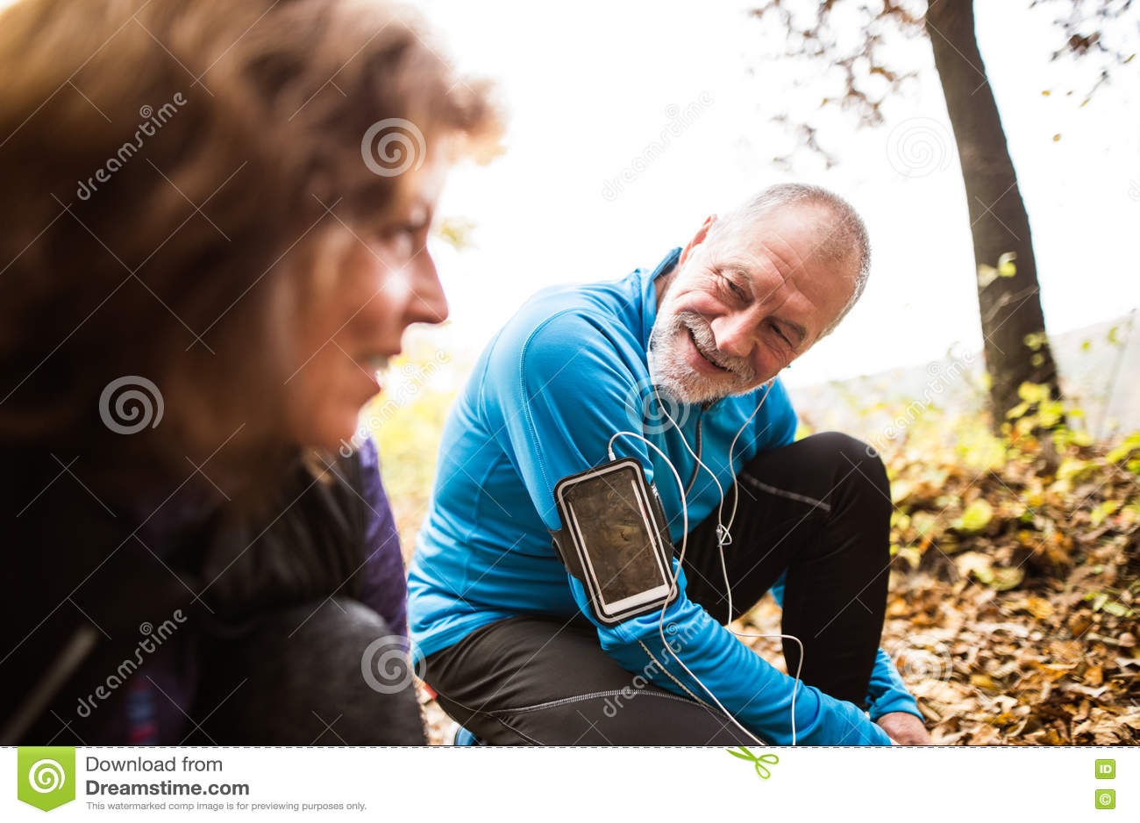 资深赛跑者本质上,栓鞋带 有smartphone的人