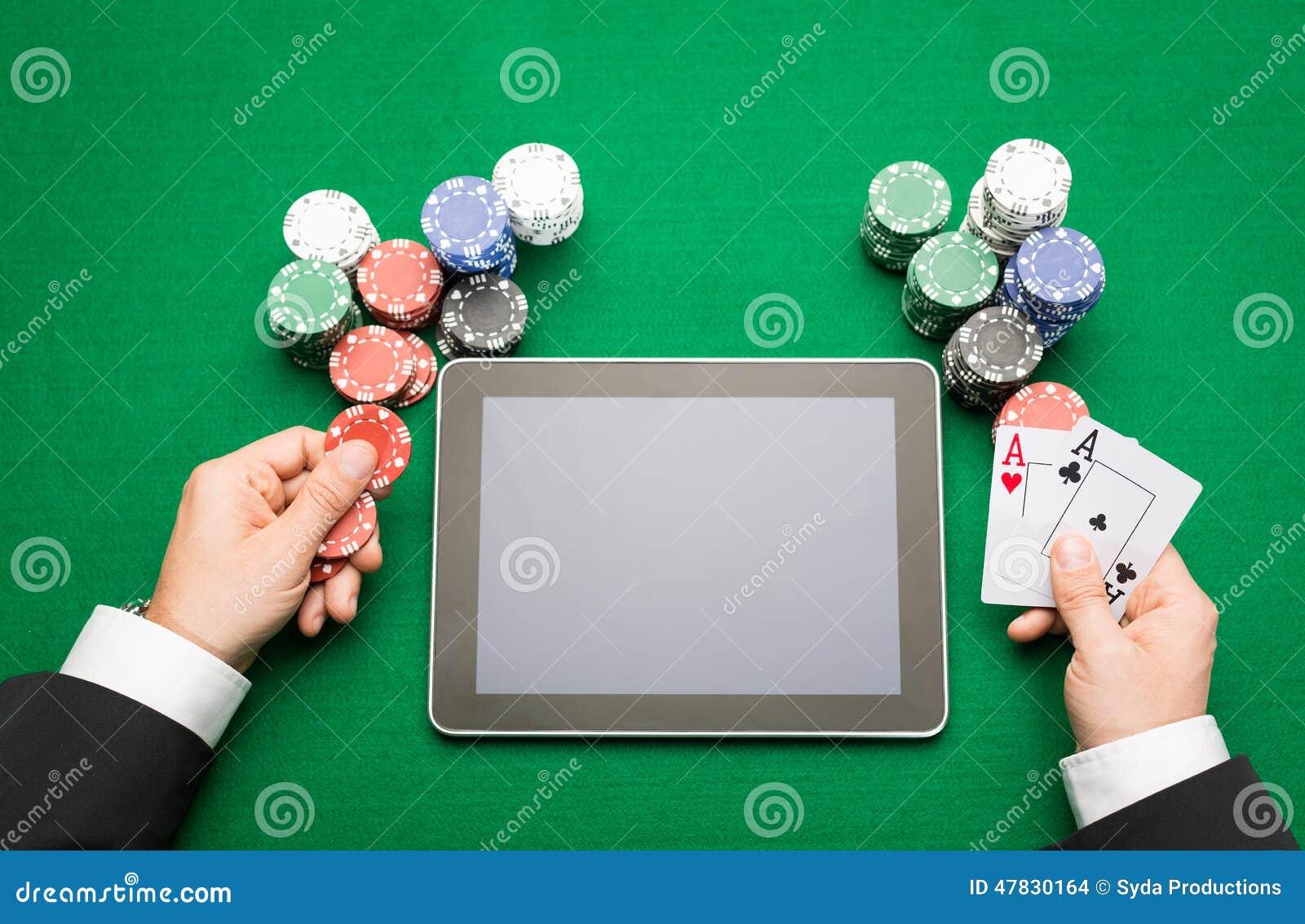 赌博娱乐场有卡片、片剂和芯片的打牌者