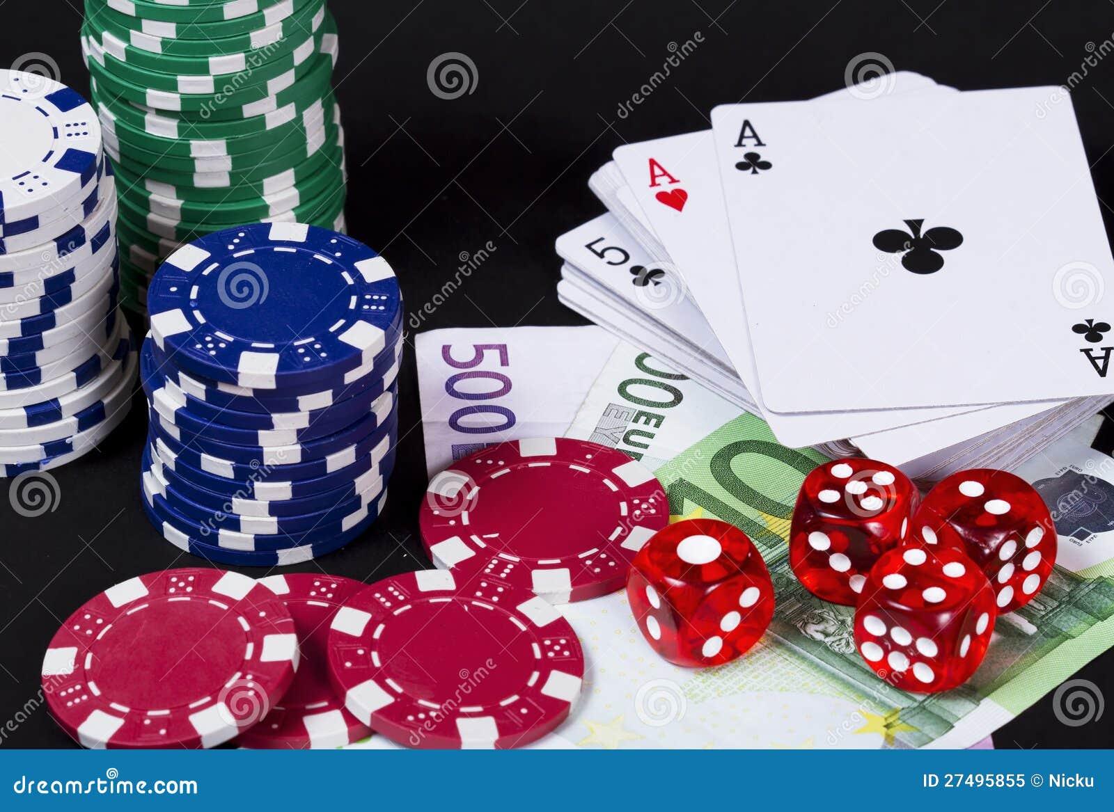 赌博与纸牌的概念,切成小方块和货币.