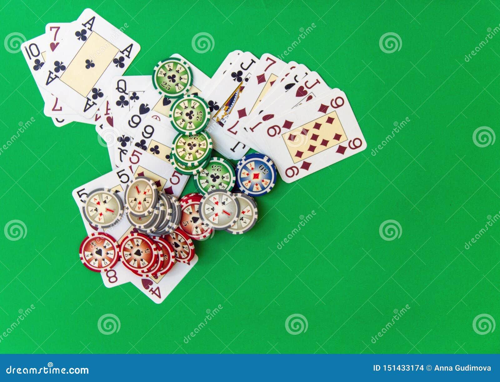 赌博的芯片堆和纸牌在选材台上