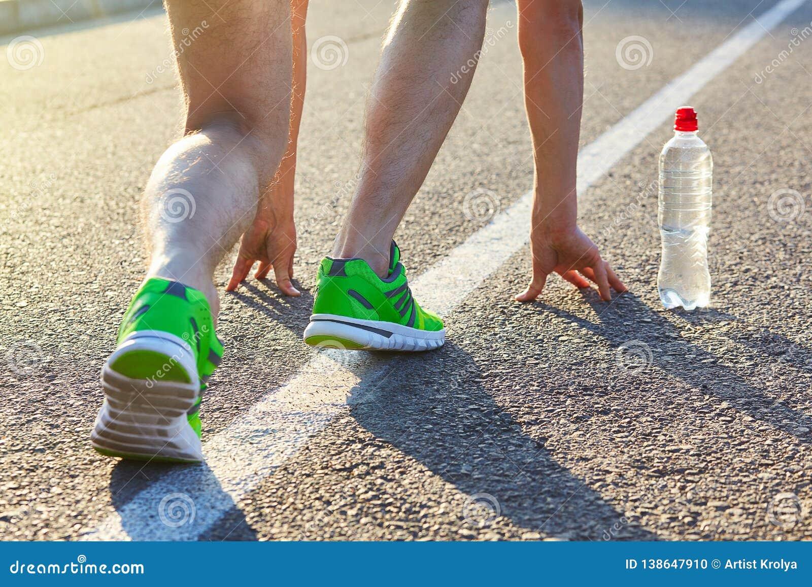 赛跑者跑在鞋子的路特写镜头的人脚