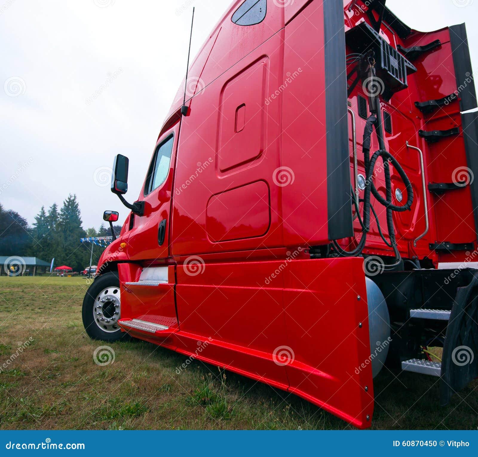 赞成商业明亮的红色现代半卡车船具侧视图