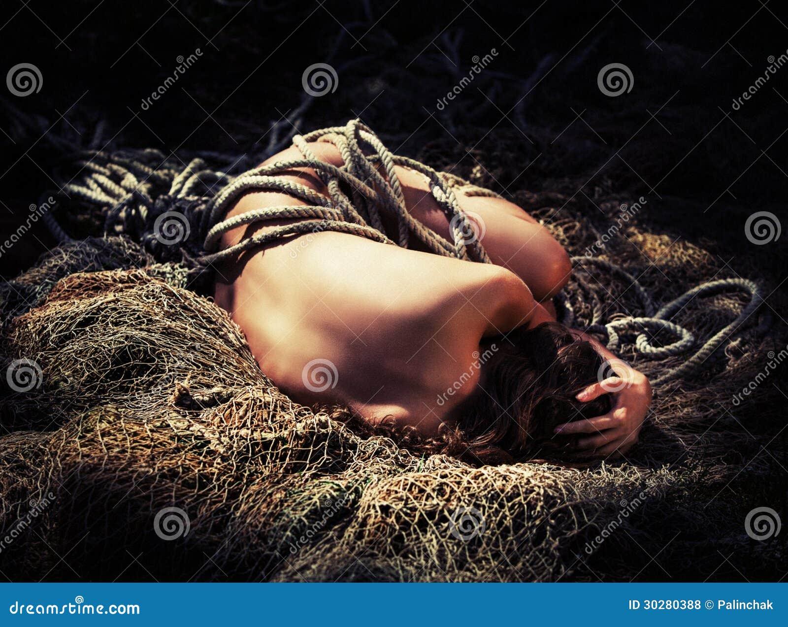 赤裸妇女和一个捕鱼网