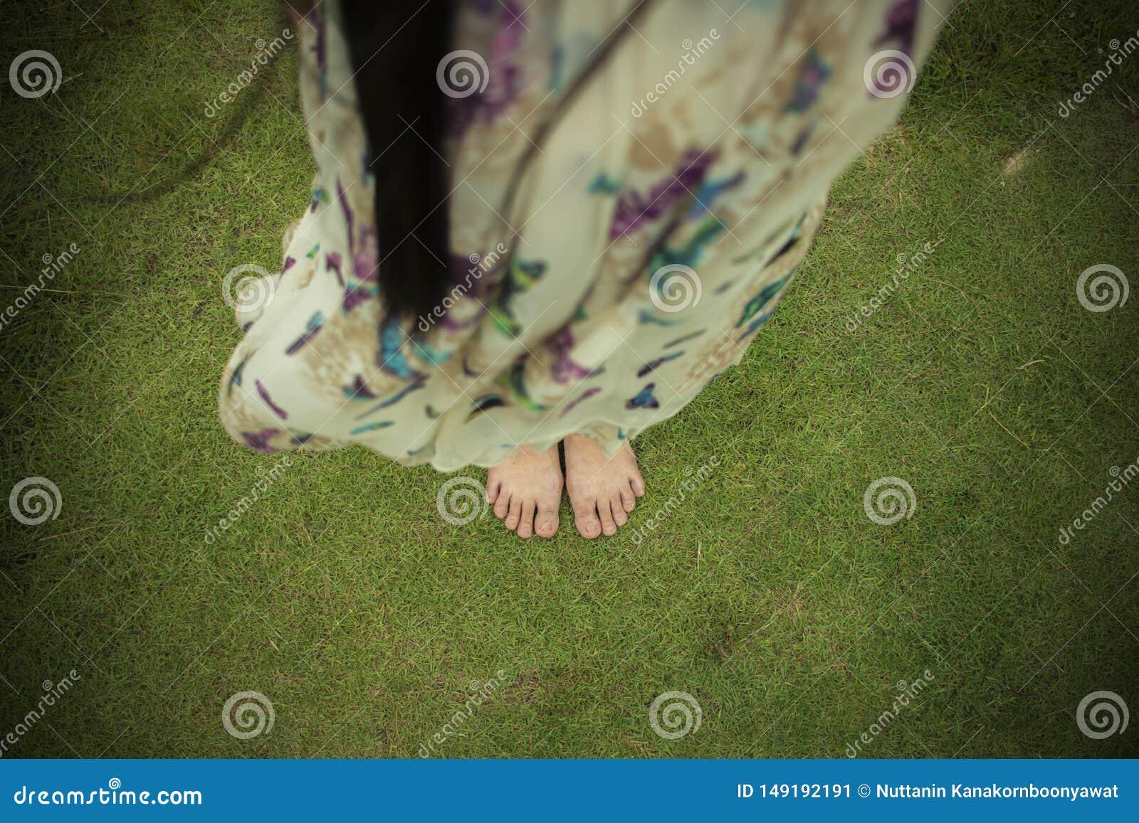 赤足走在新鲜,绿草的年轻女人在晴朗的夏天早晨 宁静的片刻 r Brigh