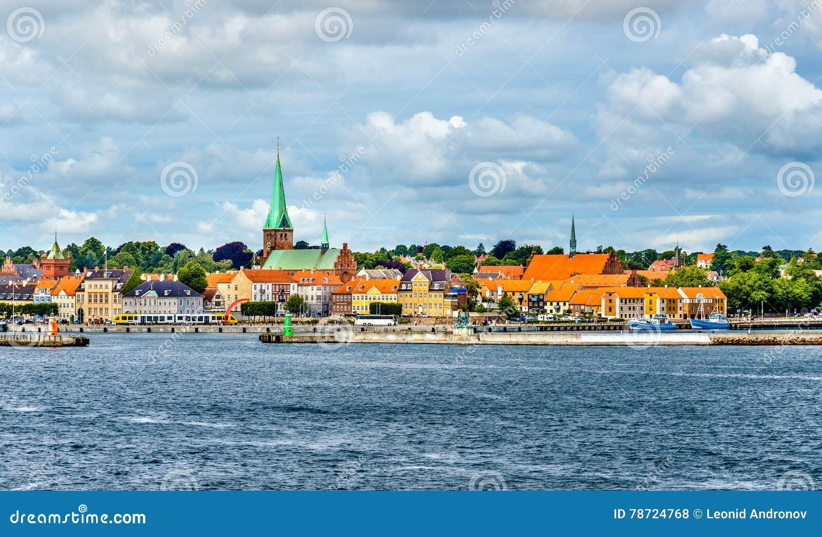 赫尔新哥或Elsinore看法从厄勒海峡海峡-丹麦