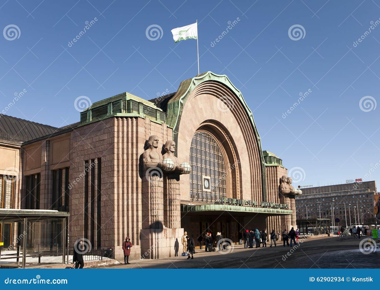 赫尔辛基中央火车站、门面和大门在行军17日2013年在赫尔辛基,芬兰