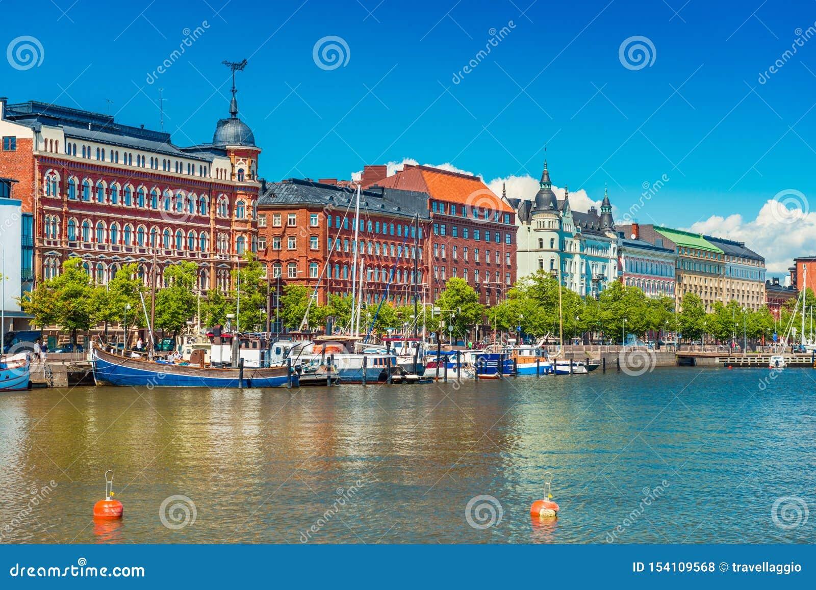 赫尔辛基,码头和在背景的清楚的天空蔚蓝,芬兰美好的都市风景有传统建筑学的有小船的