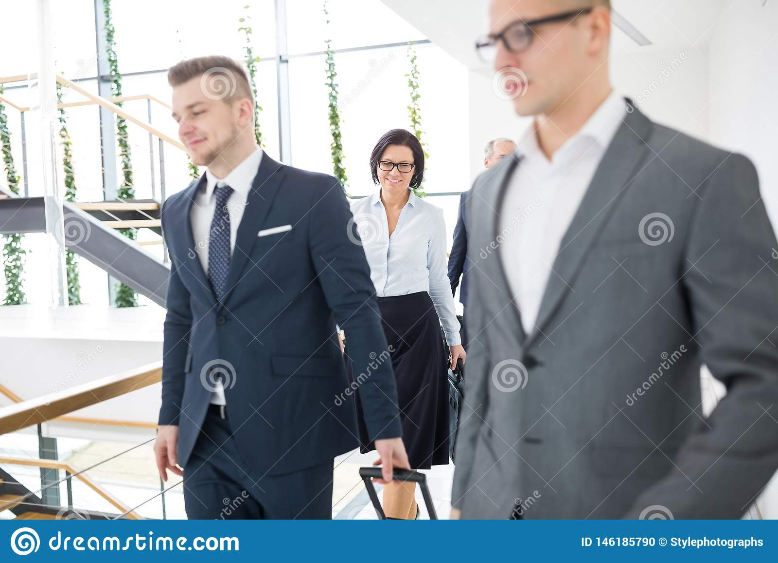 走与同事的女实业家在办公室