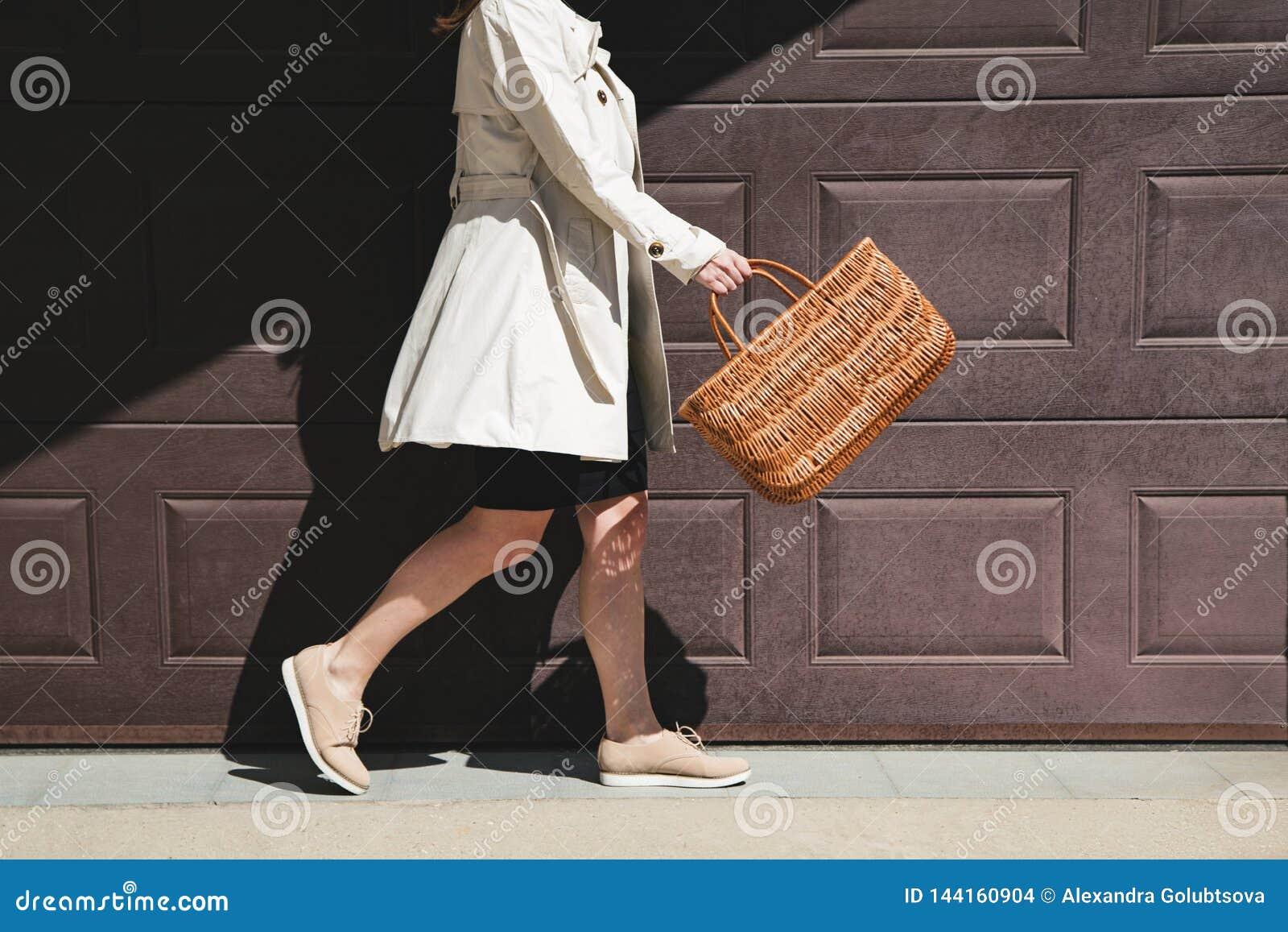 走与在街道的购物带来的女孩