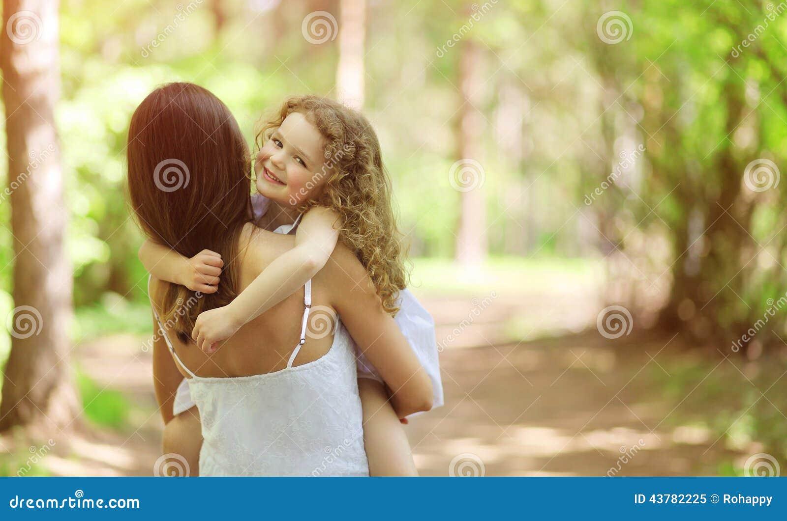 走与母亲的愉快的孩子