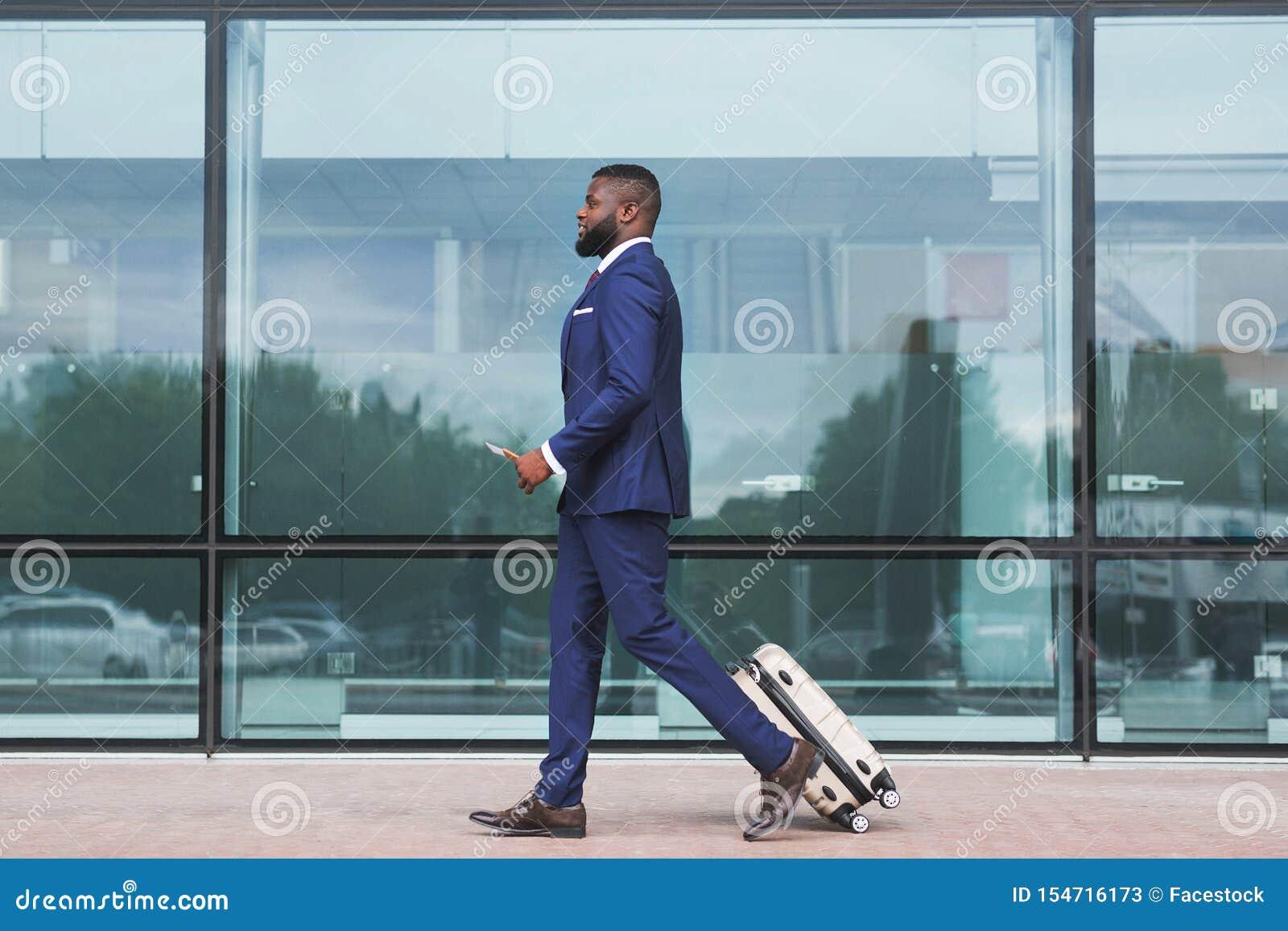 走与行李的非洲商人,抵达机场