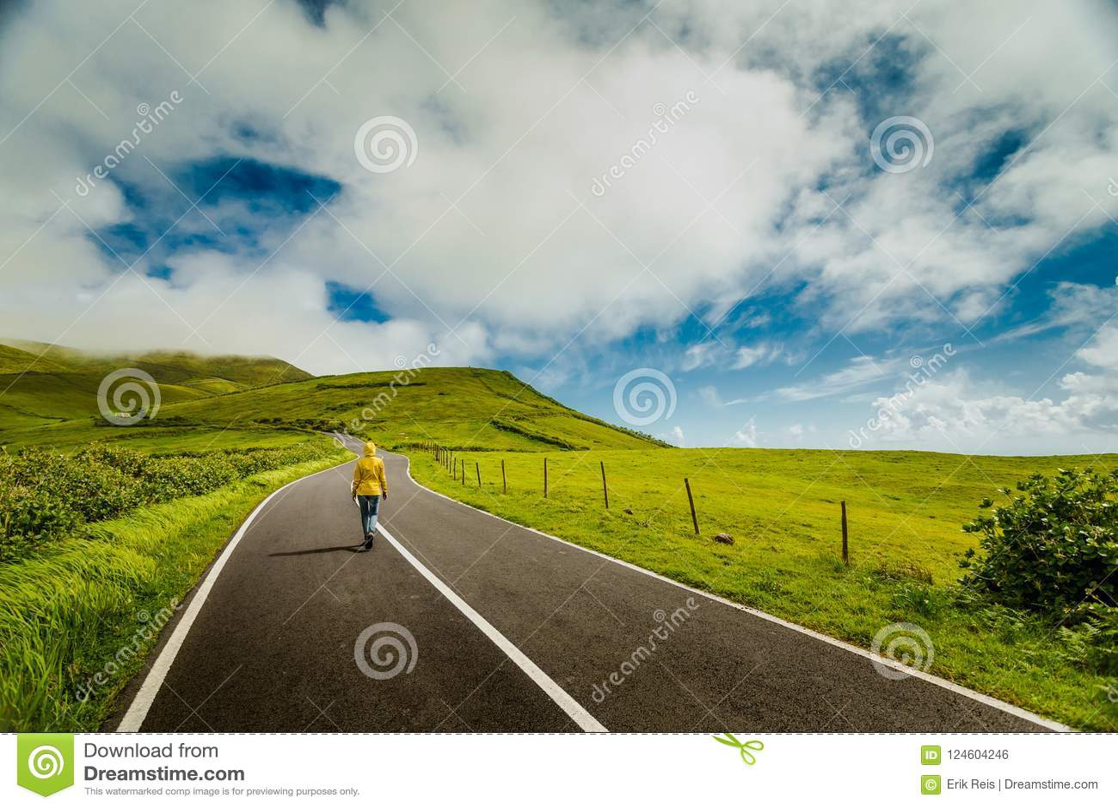 走在一条美丽的路的妇女