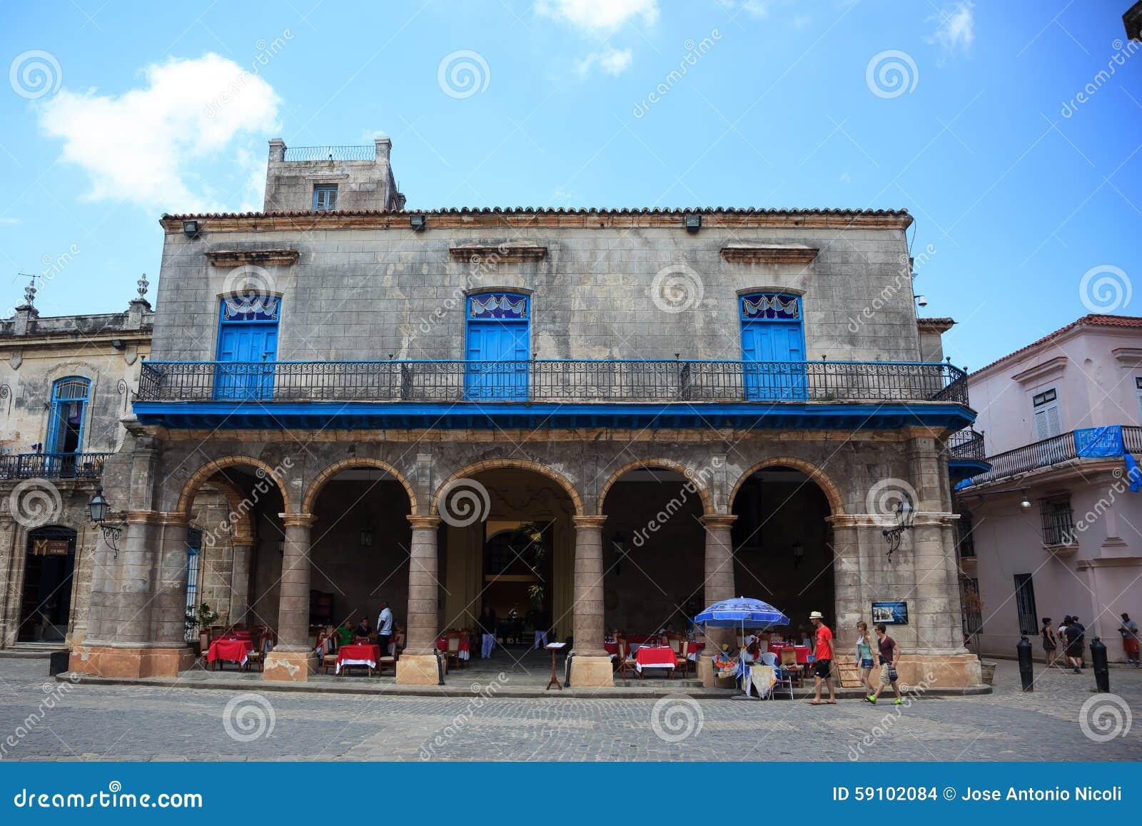 走在哈瓦那旧城的游人