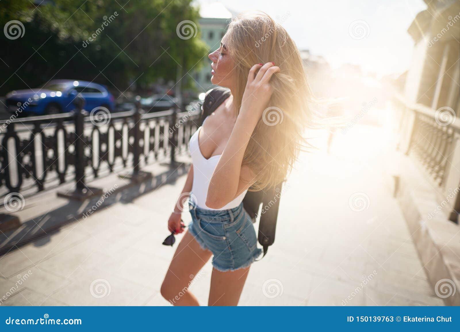 走在城市游人的年轻美女
