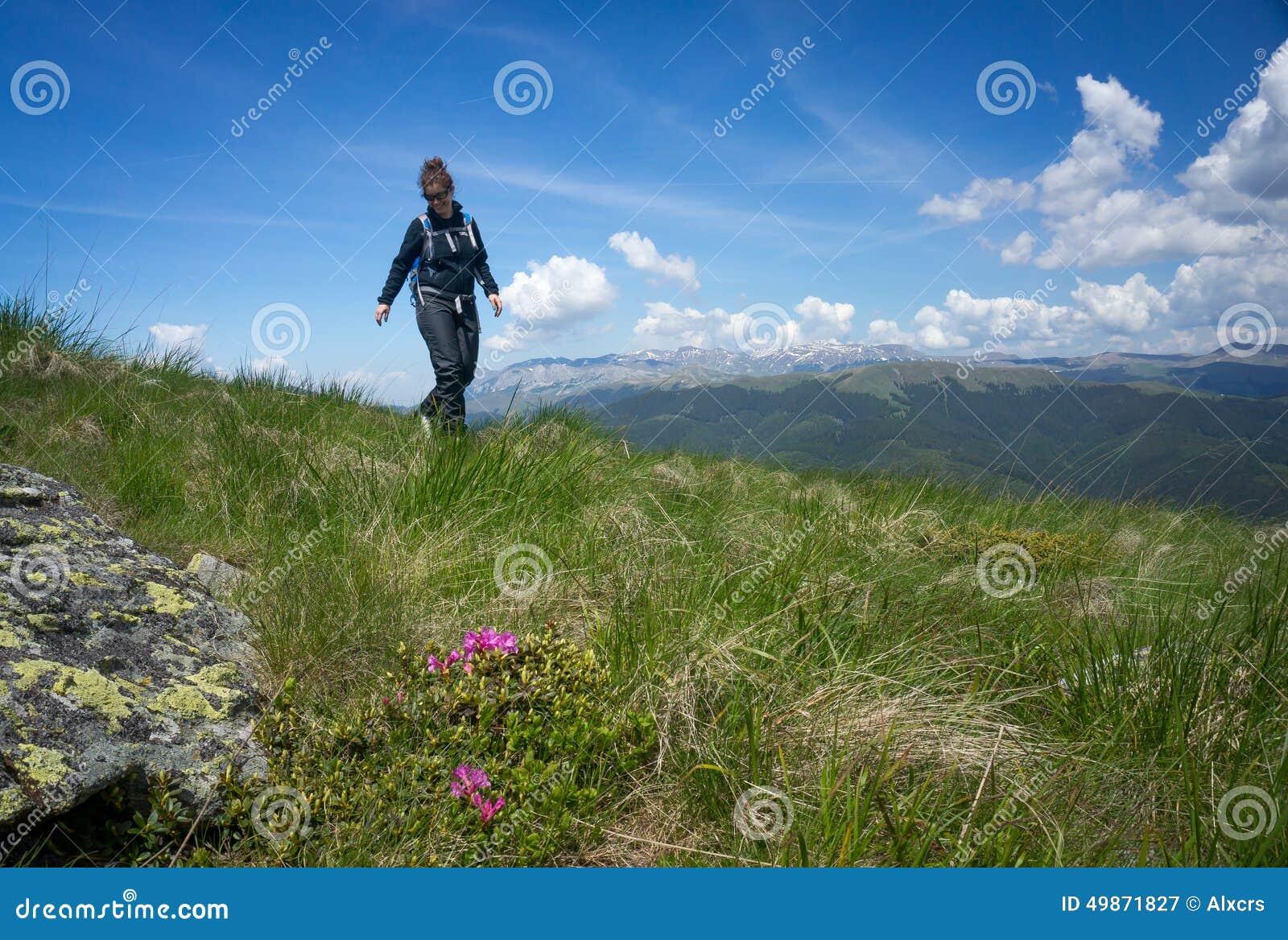 走在山的妇女