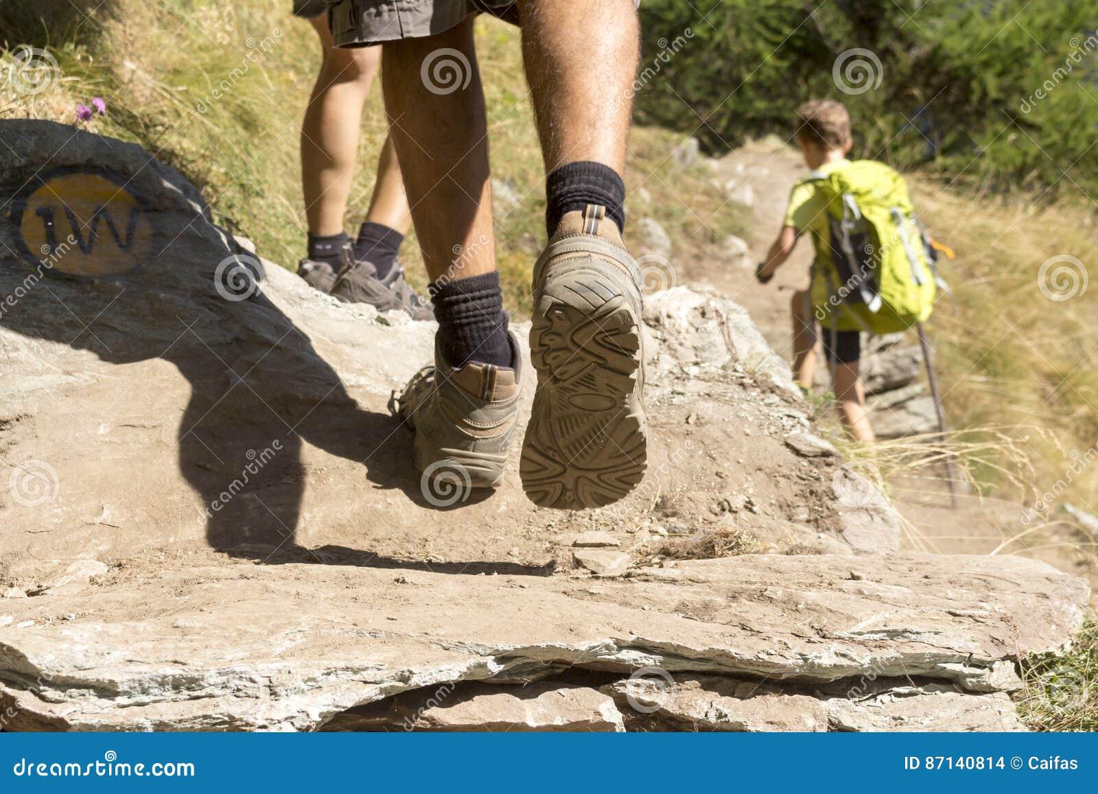 走在山行迹的人们
