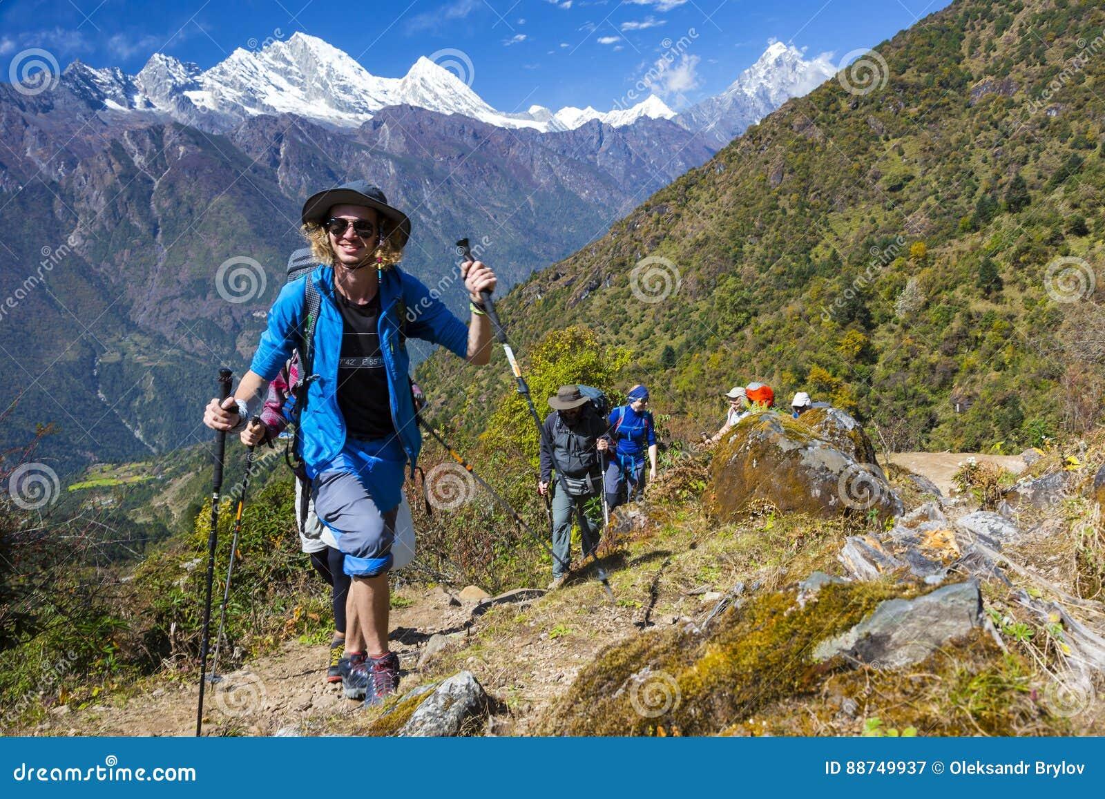 走在山行迹的激动的年轻人