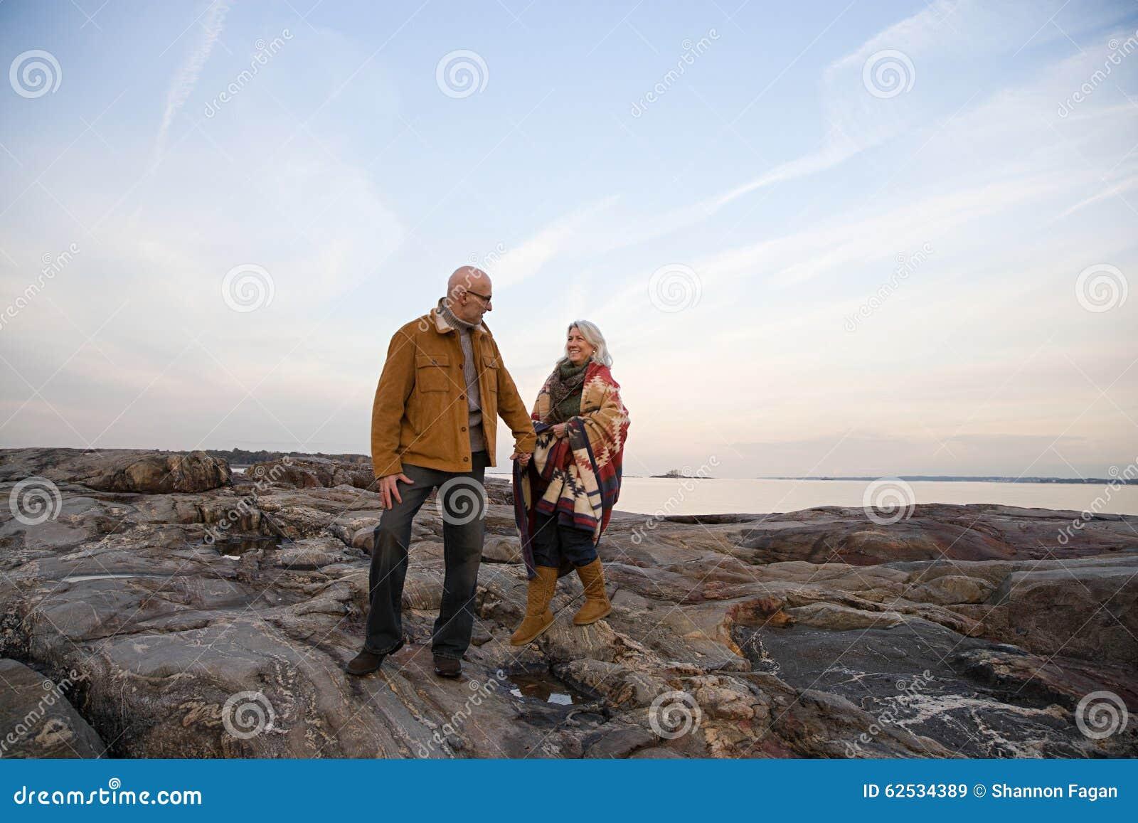 走在岩石的成熟夫妇