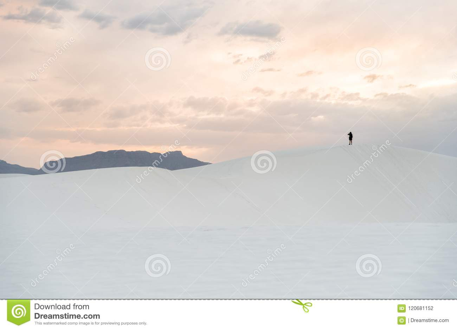 走在沙丘的人在白色在Alamogordo,新墨西哥铺沙国家历史文物
