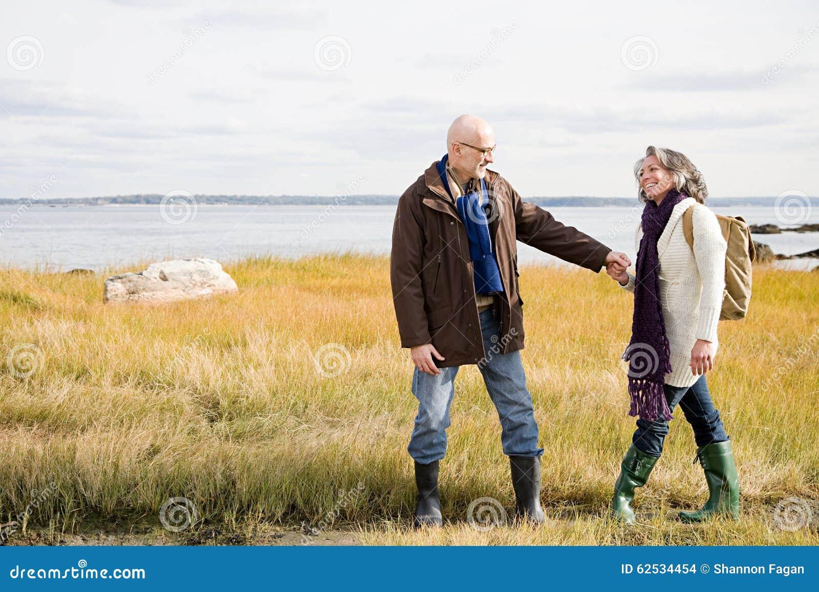 走在沼泽地的成熟夫妇