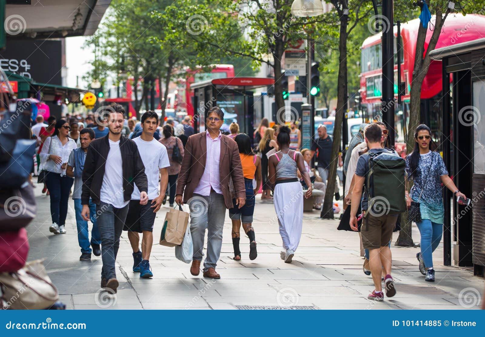 走在牛津街道的许多人,伦敦人的主要目的地购物的 现代生活概念 伦敦
