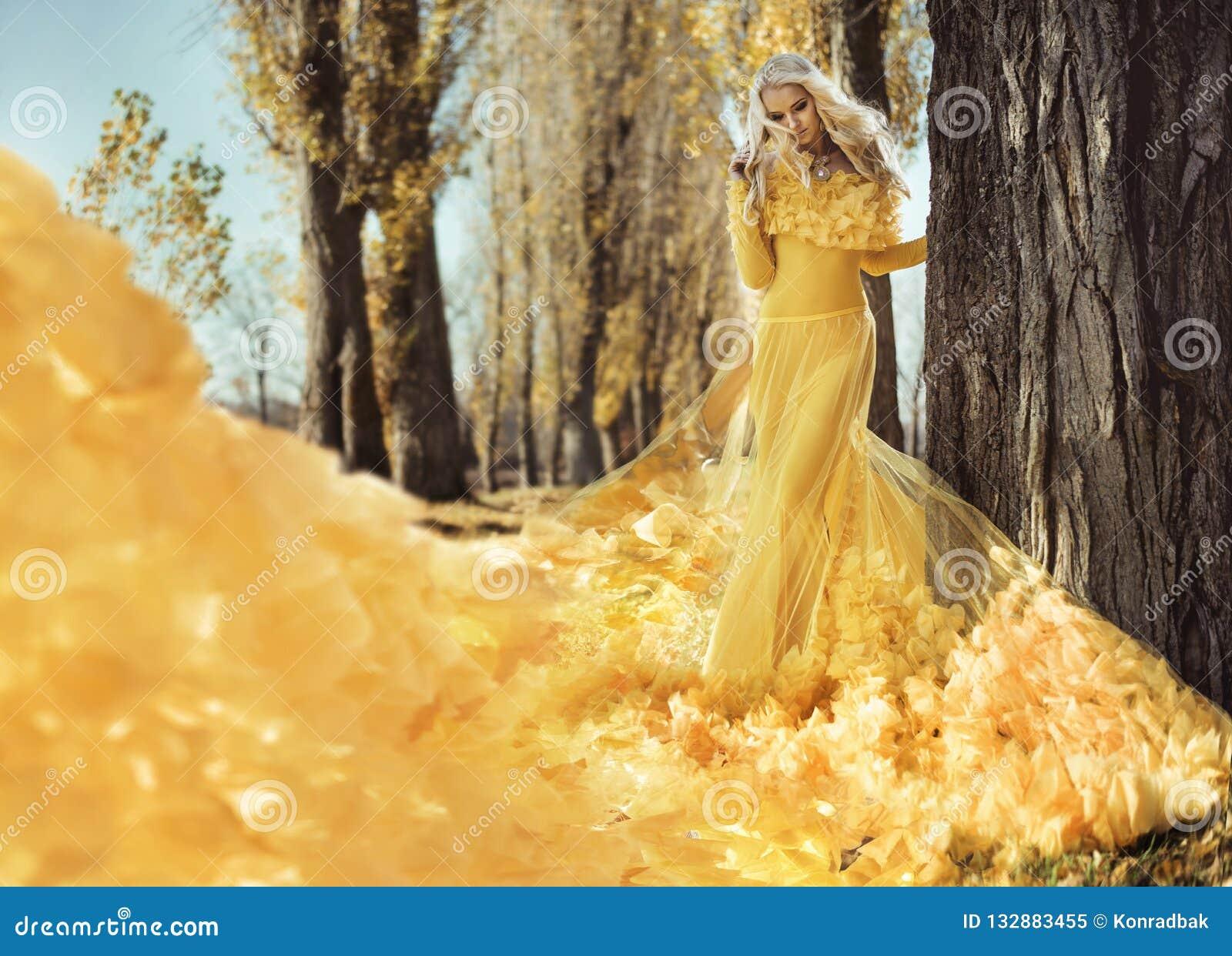 走在秋季公园的一名端庄的妇女的画象