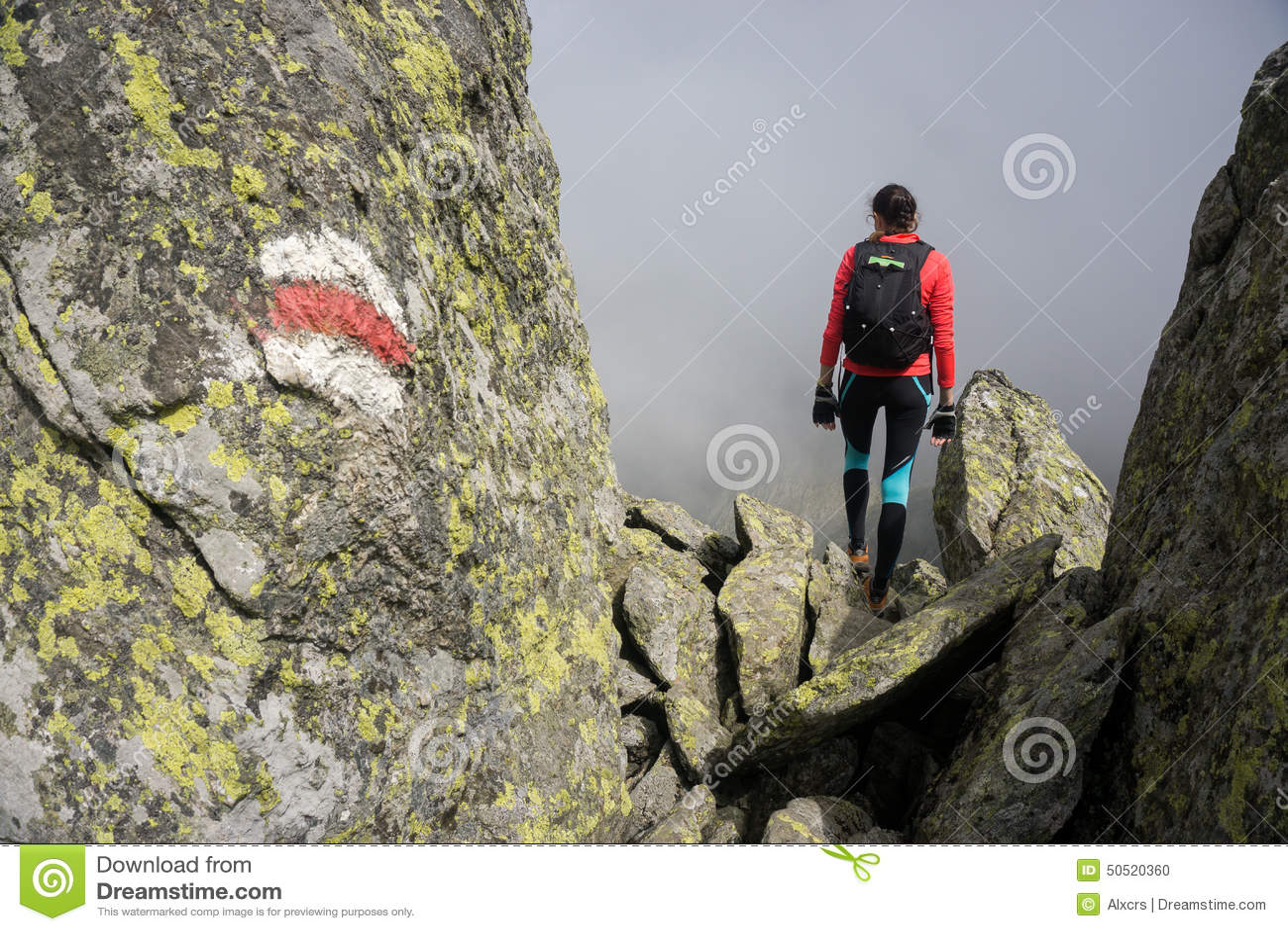 走在罗马尼亚的山的妇女