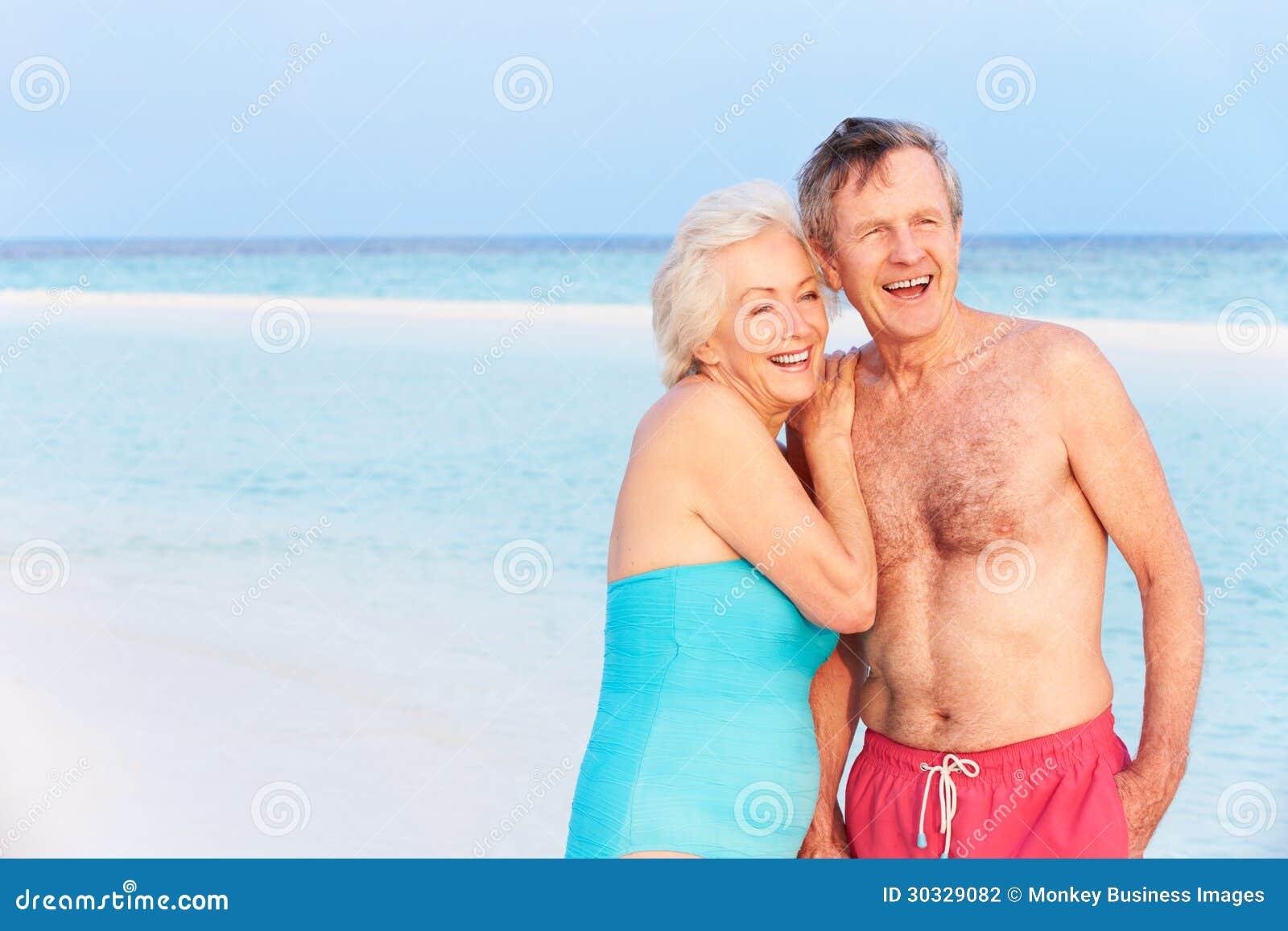 走在美丽的热带海的资深浪漫夫妇