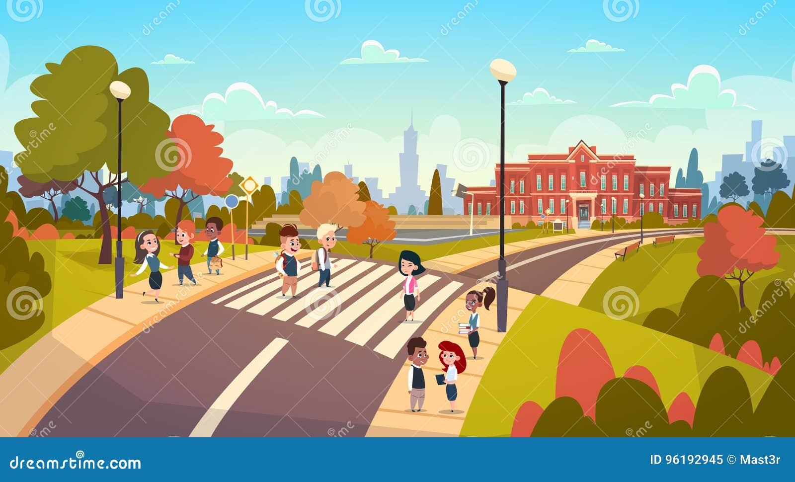 走在行人穿越道混合种族学生的小组学生去过路学生护送街道