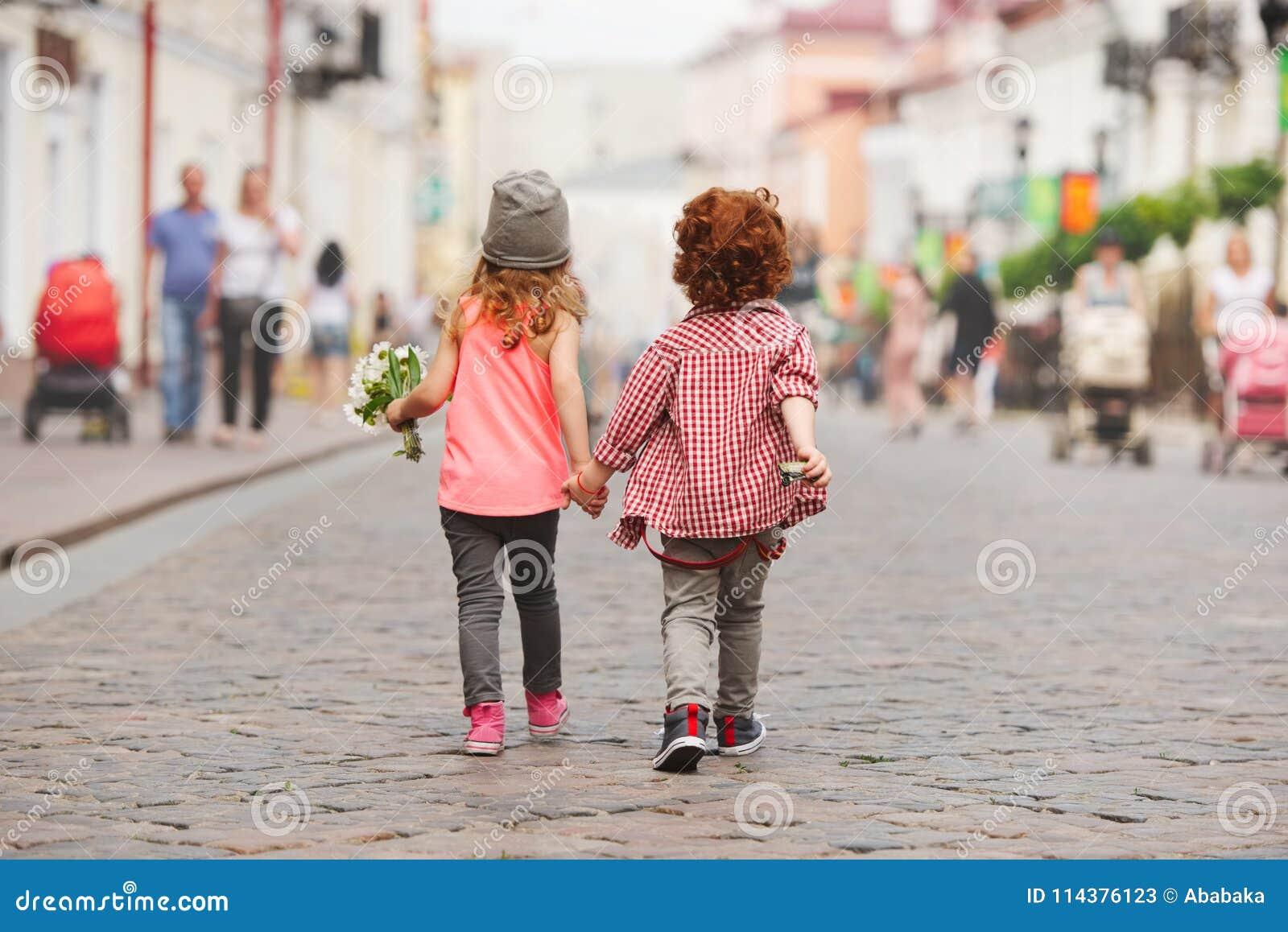走在街道上的男孩和女孩