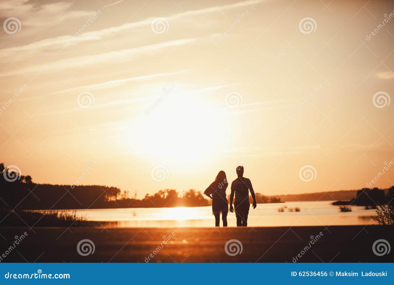 走在路的年轻夫妇