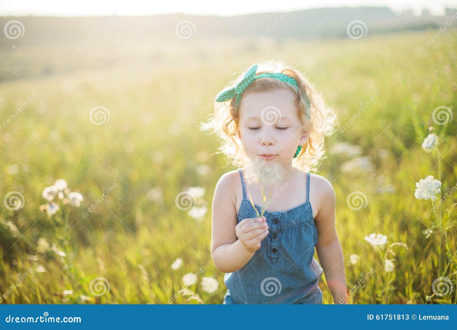 走在领域的一个小女孩的画象在夏天.图片