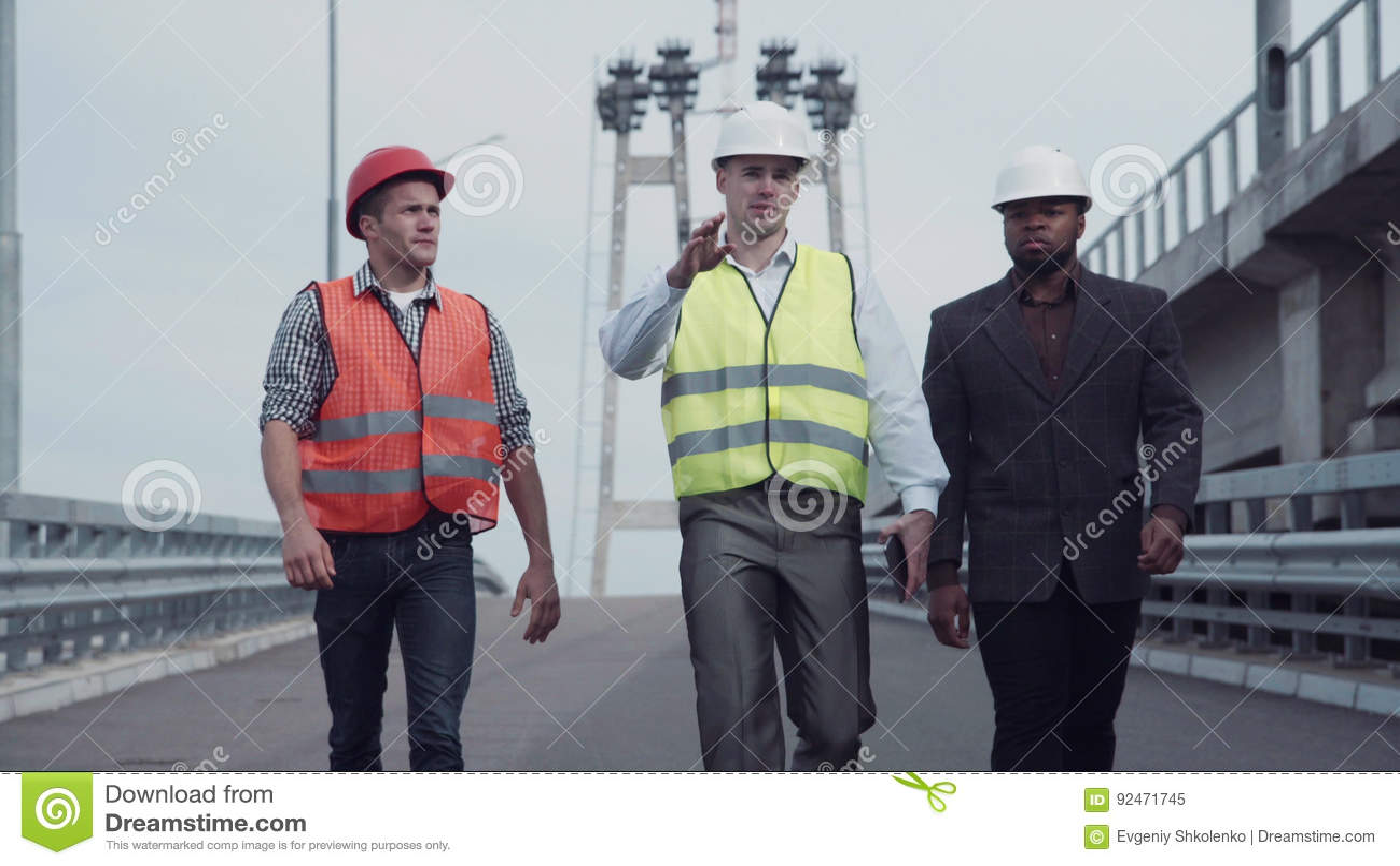 走在高速公路舷梯的建筑工程师