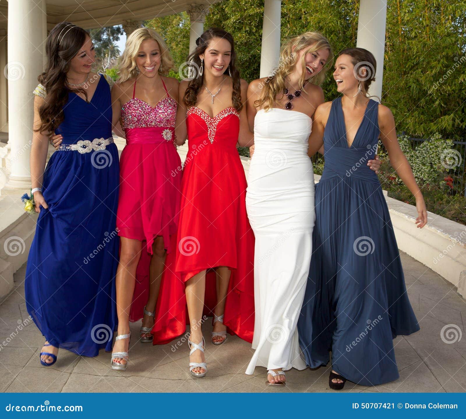 走在他们的正式舞会的一个小组十几岁的女孩穿戴