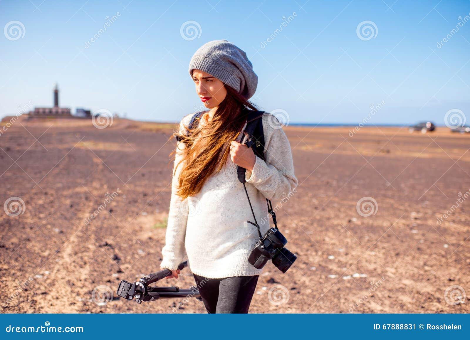 走女性的摄影师户外