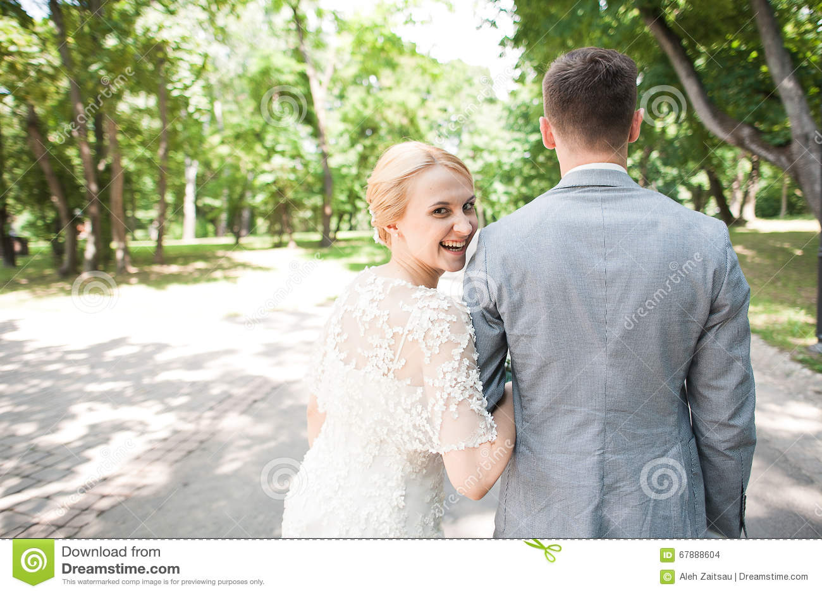走开在夏天公园的新娘和新郎户外