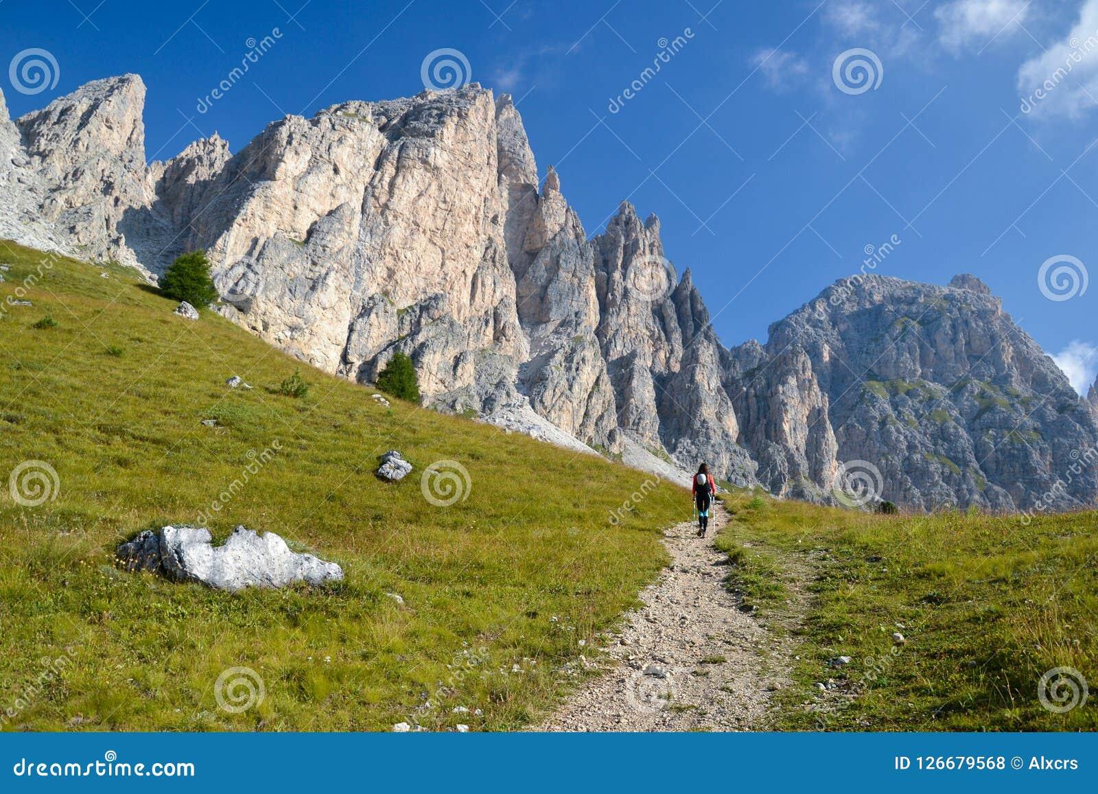 走往Piz Da Cir的少妇登山人