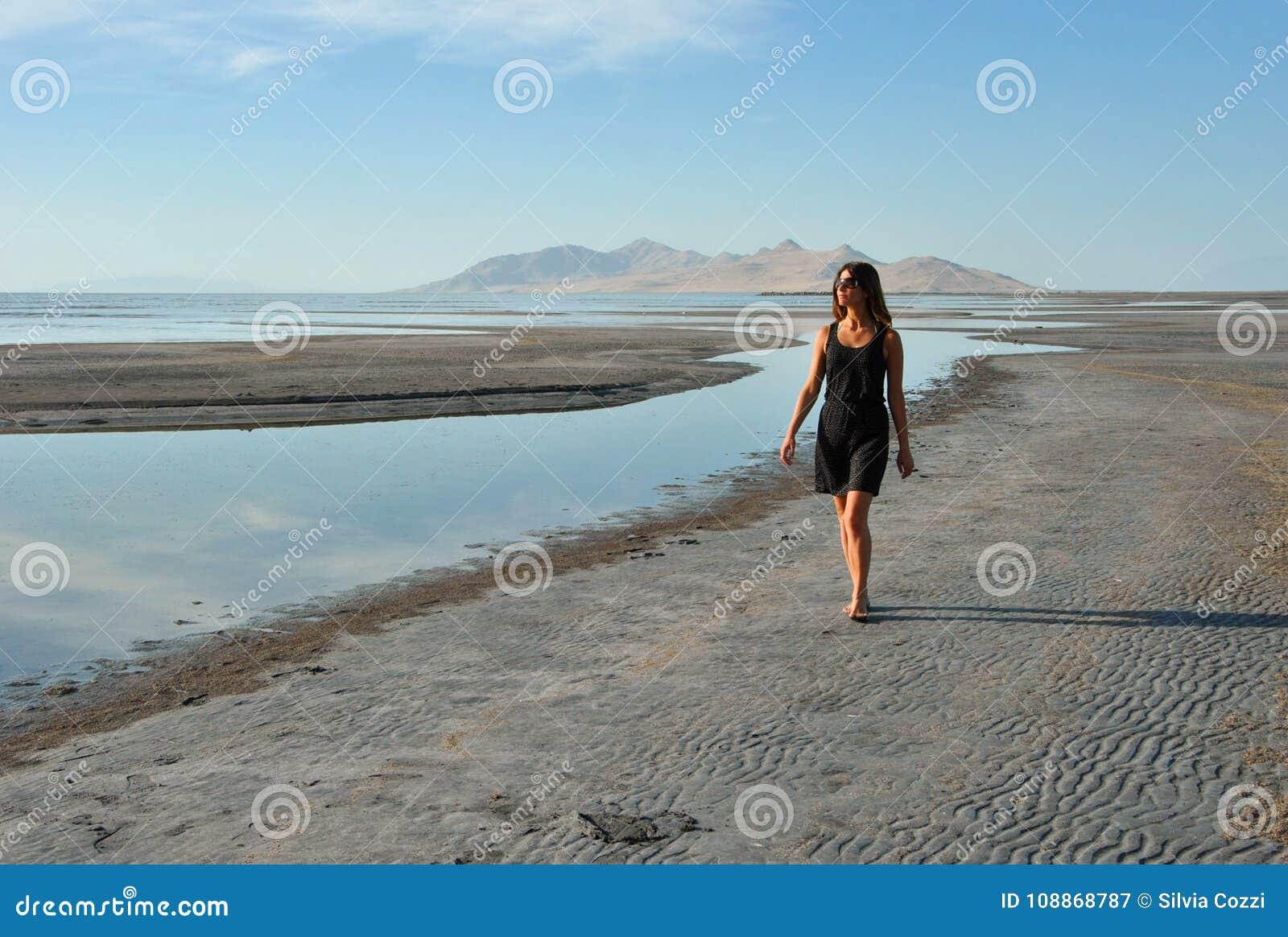 走沿大盐湖海滩,犹他的女孩