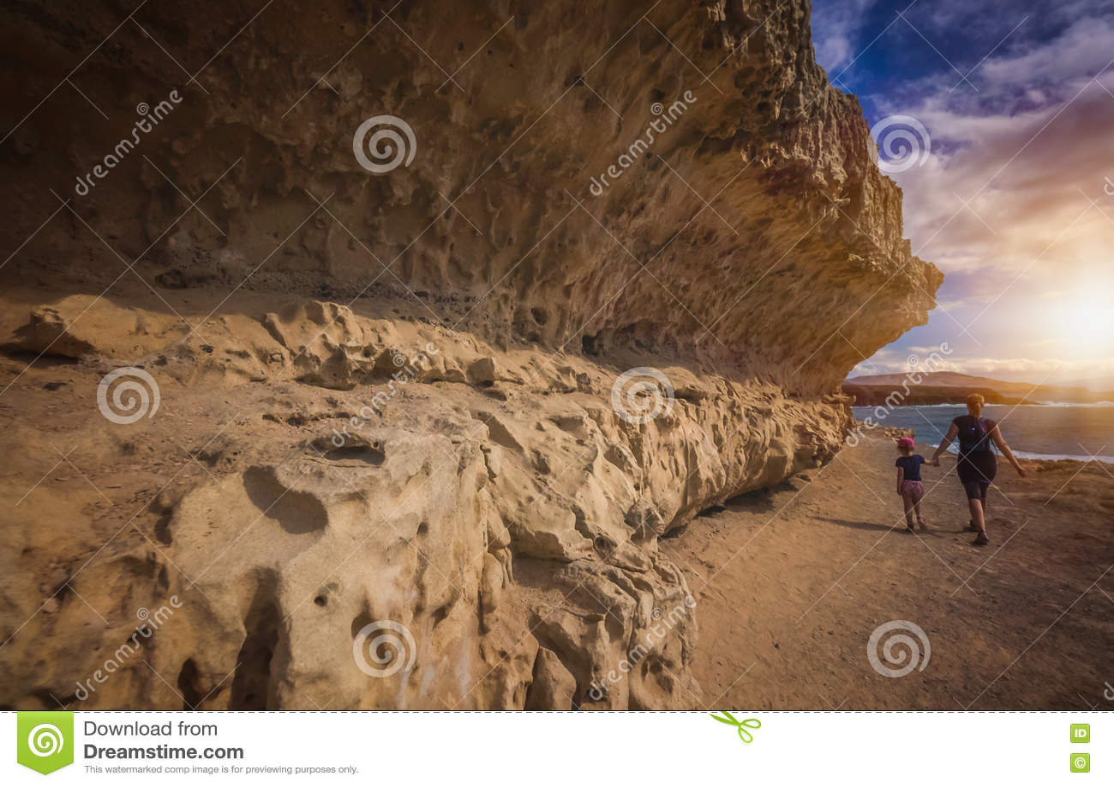 走沿Ajuy岩石海岸线