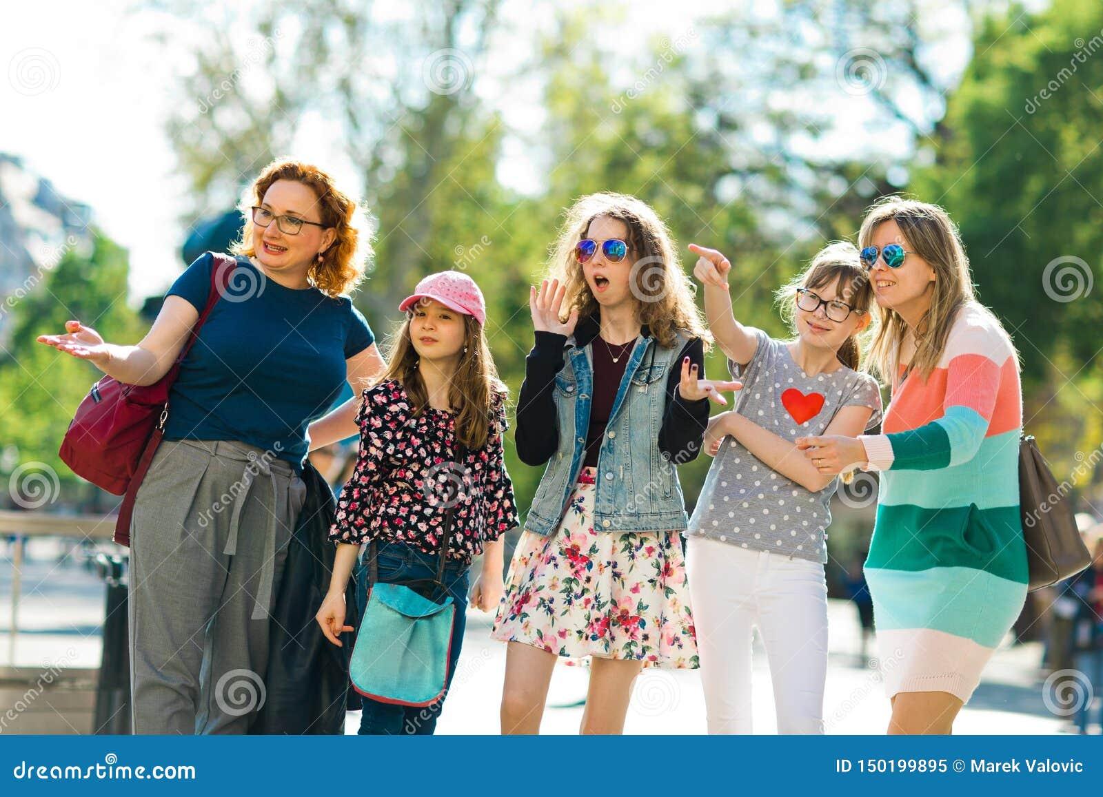 走通过街市的小组女孩-指向