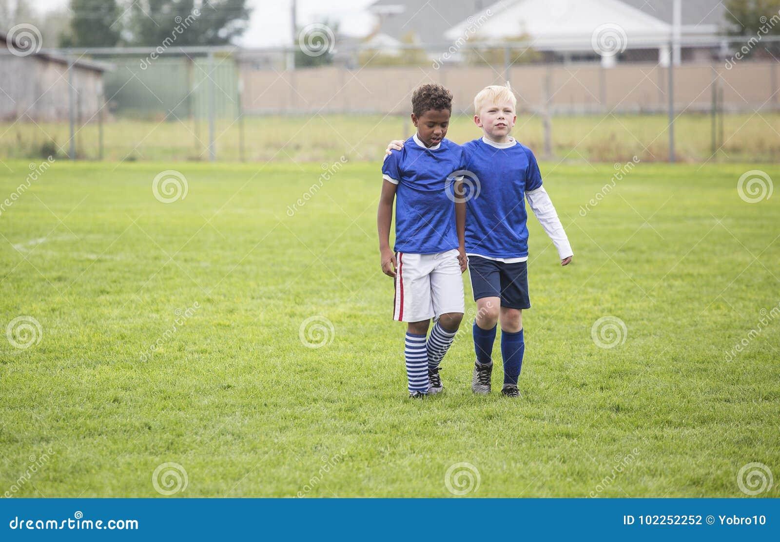 走领域的两个足球队友在损失以后
