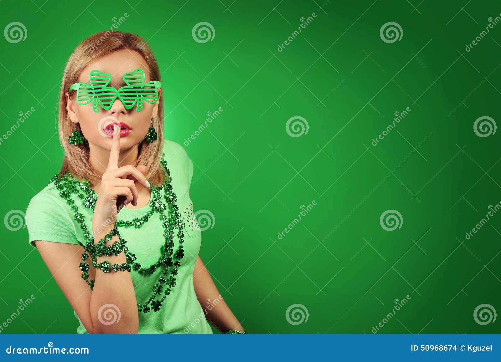 走读女生帕特里克s st 戴三叶草形状的眼镜的少妇