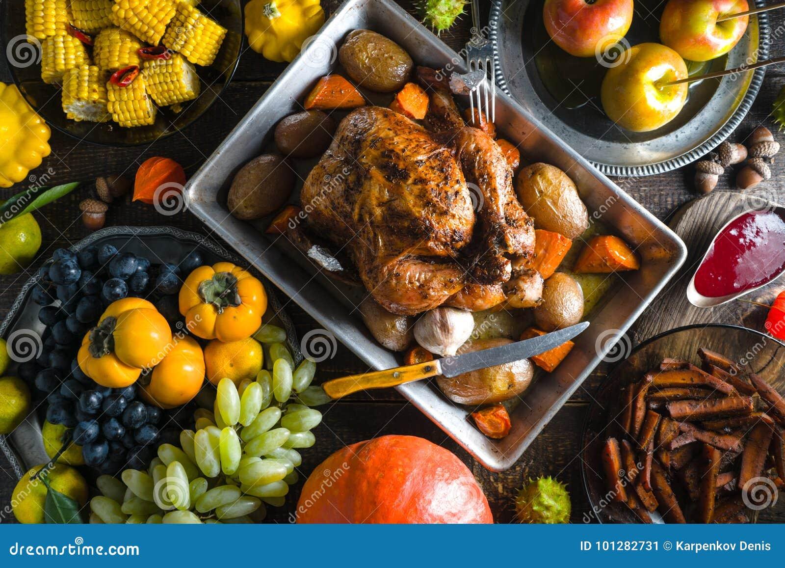 赴宴用在感恩的火鸡,蔬菜和水果