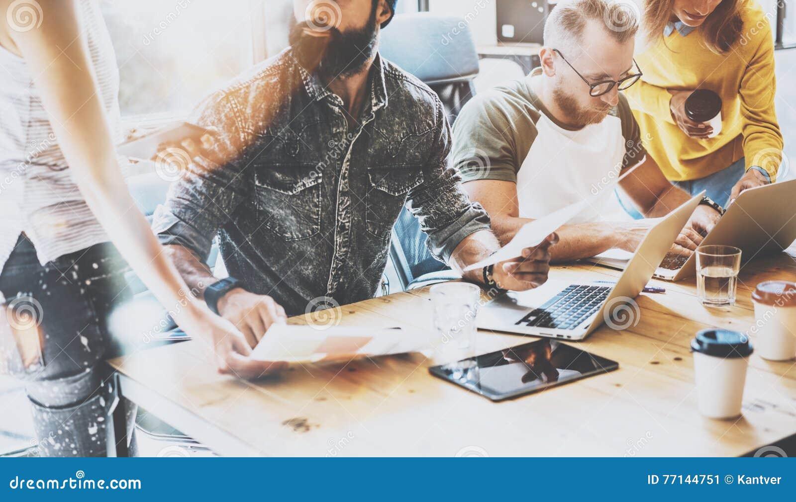 起始的变化配合激发灵感会议概念 企业队工友全球性分享的经济报告文件