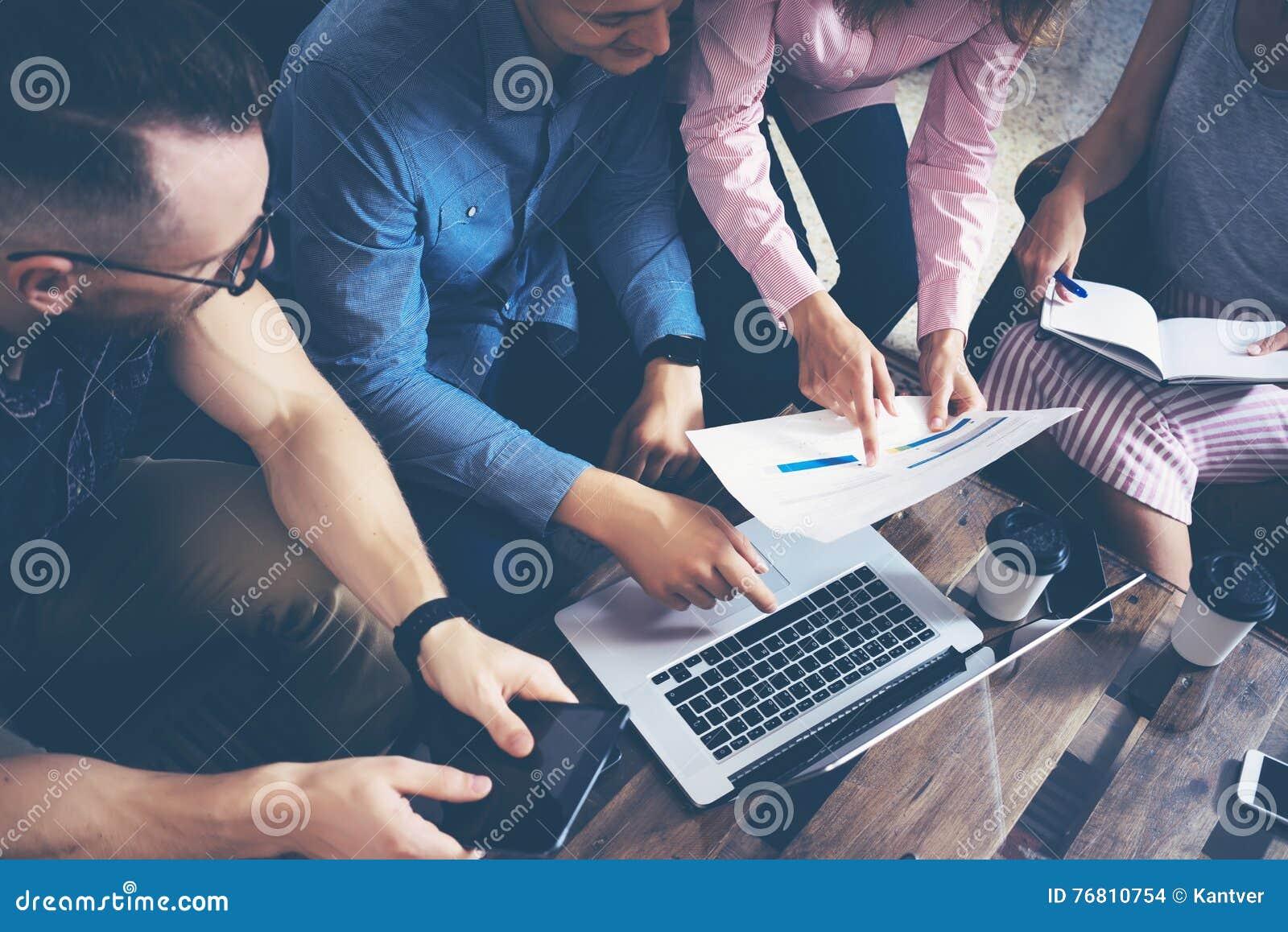 起始的变化配合激发灵感会议概念 企业队工友全球性分享的经济膝上型计算机