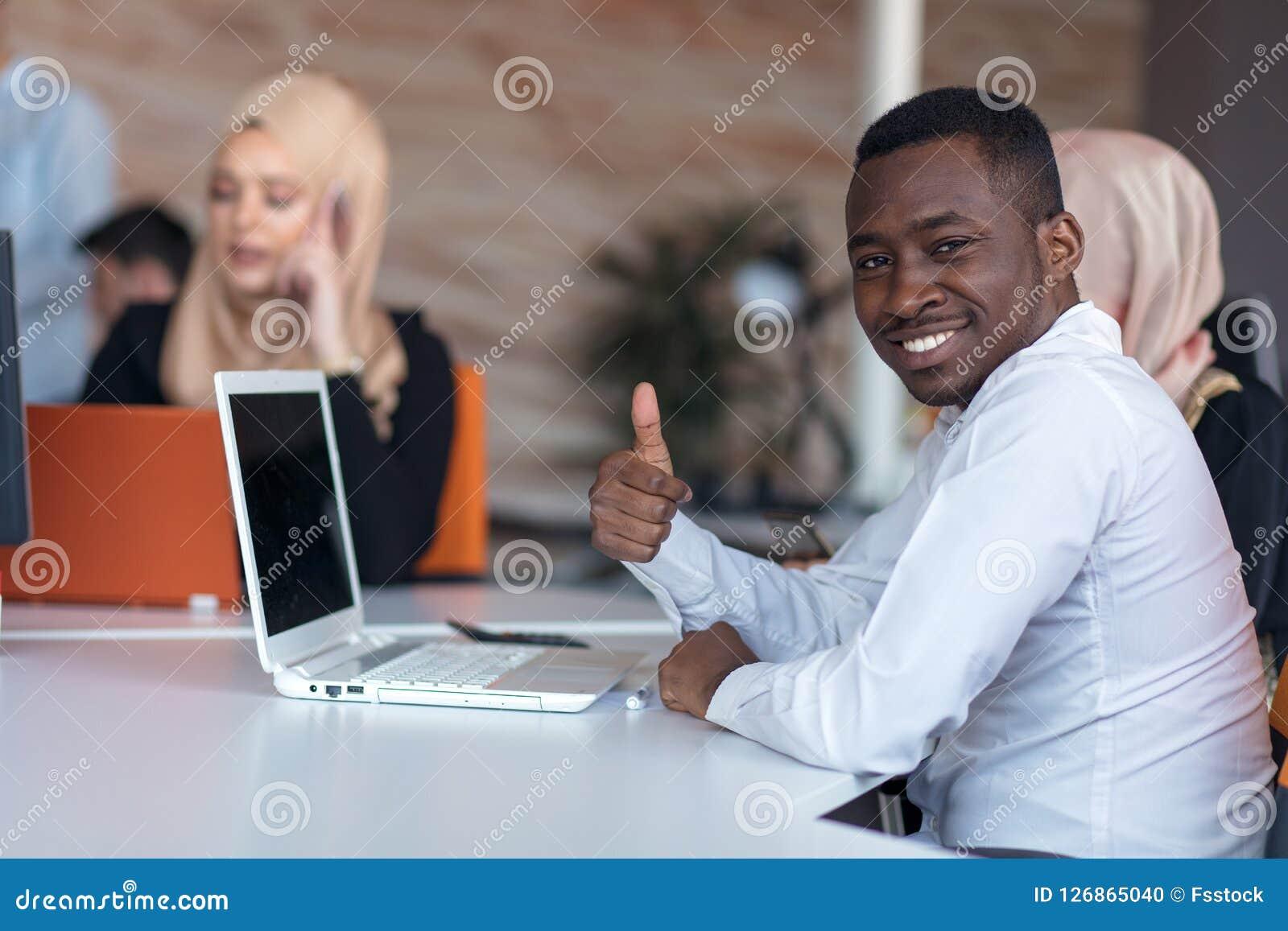起始的商人在现代办公室编组运作的每天工作 技术办公室,技术公司,技术起动,技术队