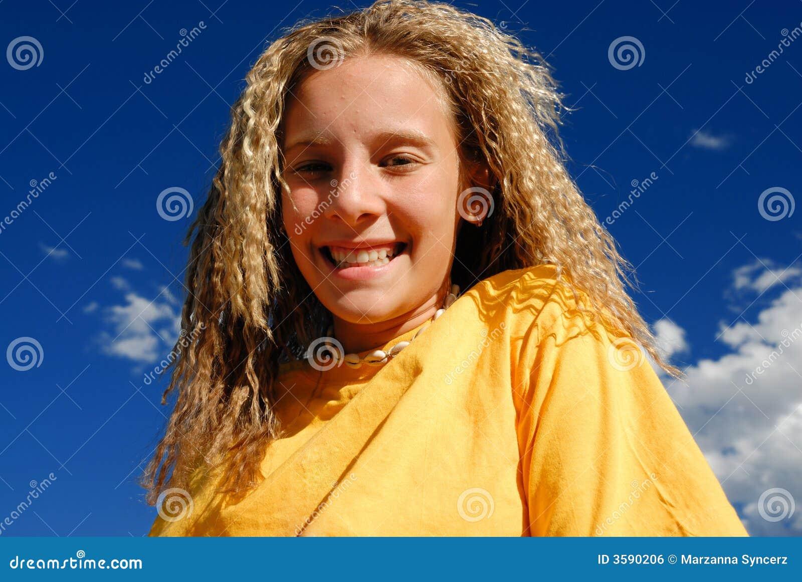起皱的女孩头发微笑