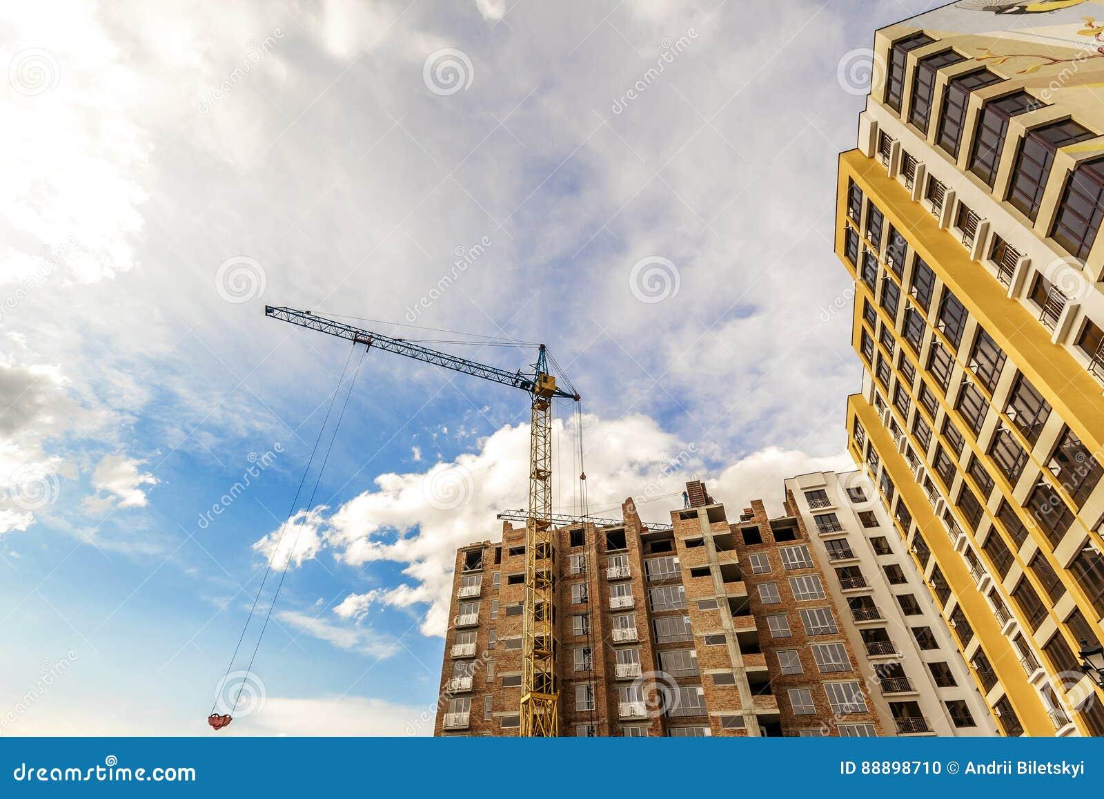 起重机和高层建筑物建设中反对蓝天